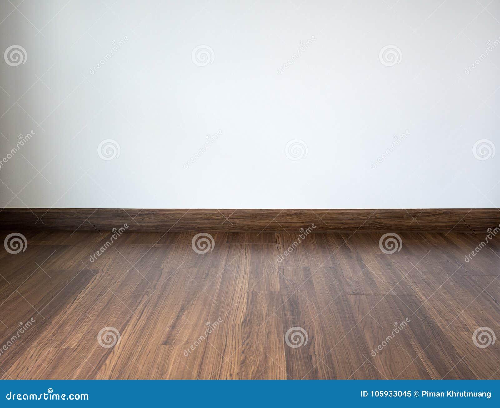 Sitio con el piso laminado y el fondo blanco de la pared