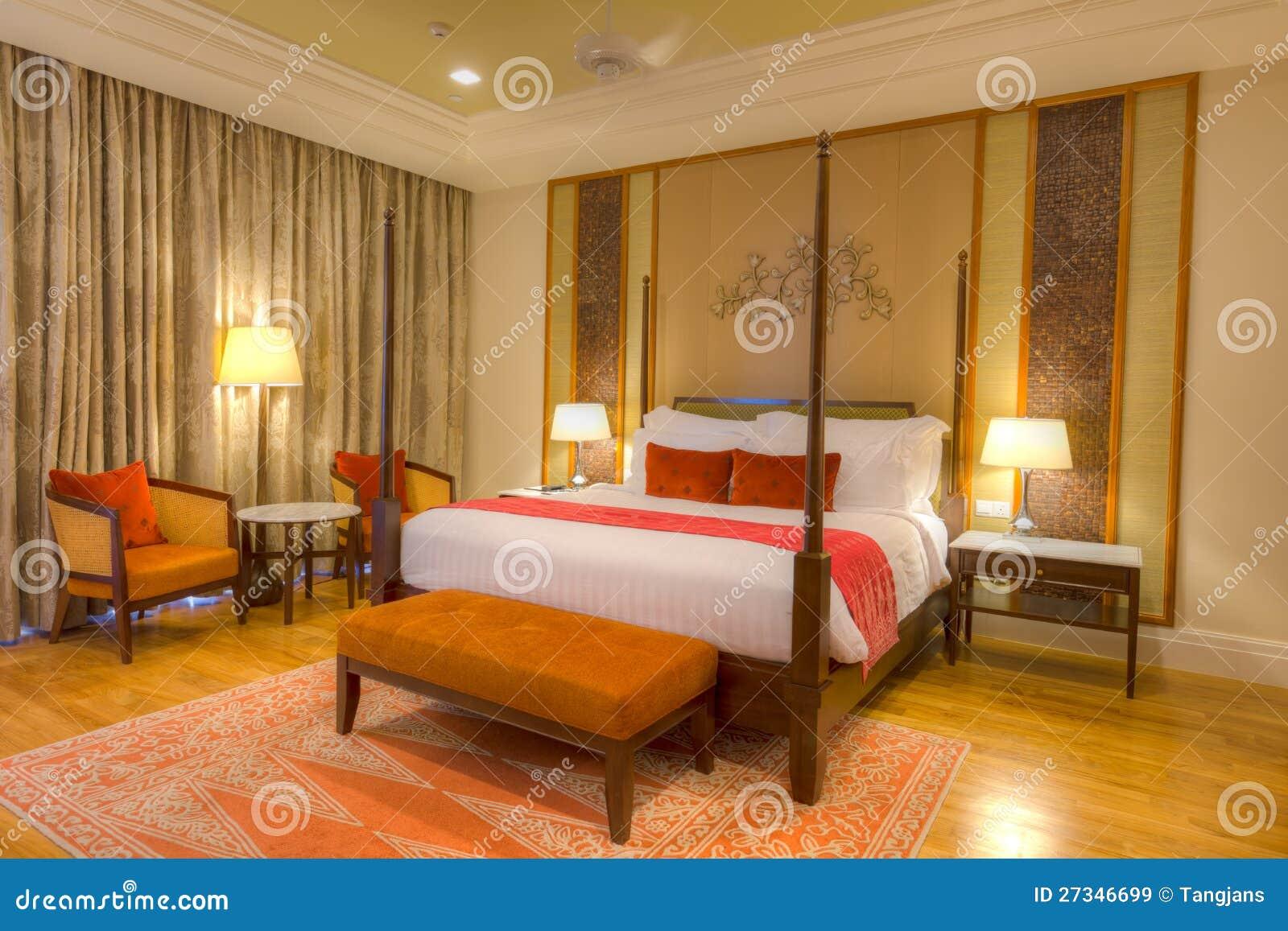 Sitio con la cama de la cama imperial las l mparas y el for Cama imperial