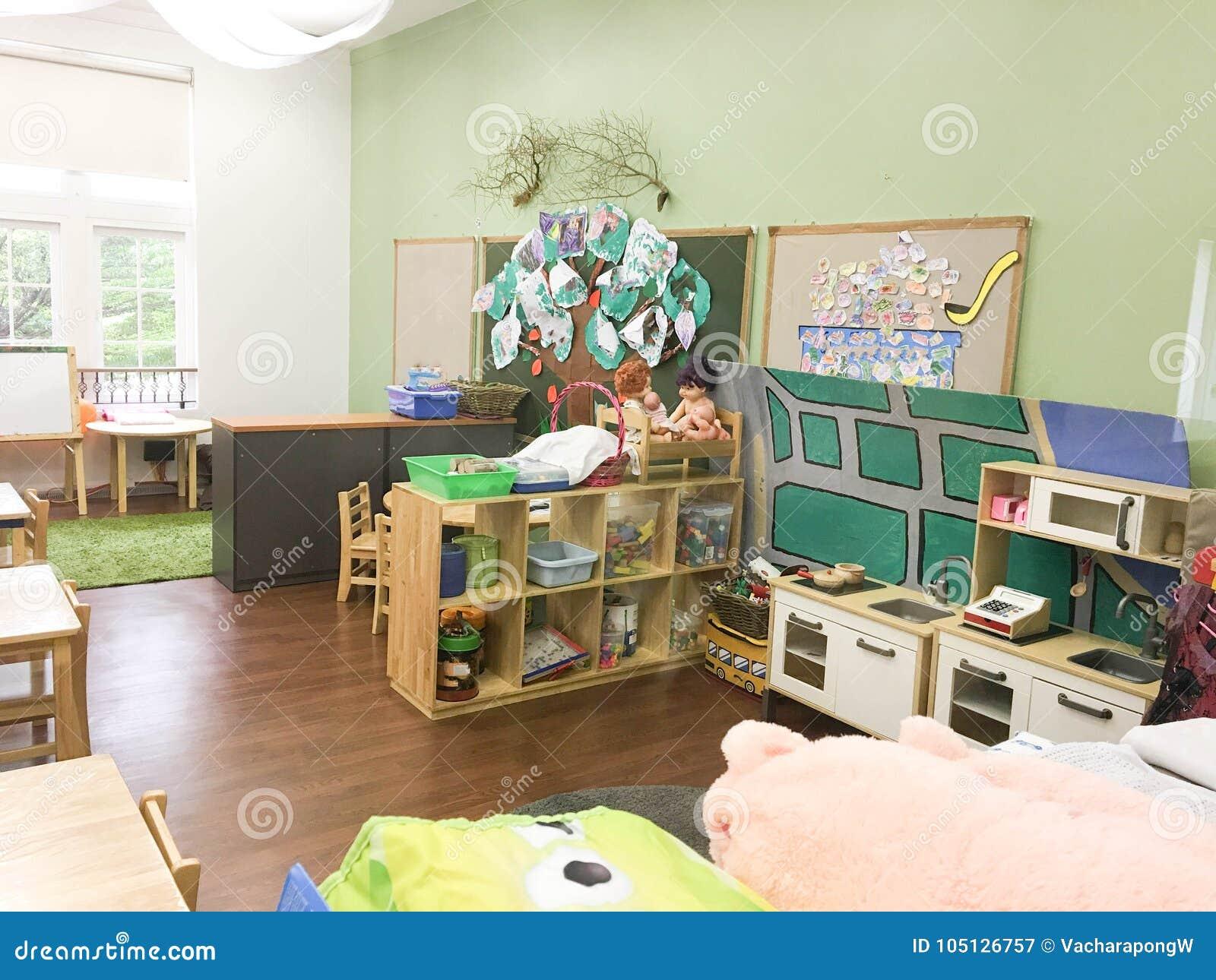 Sitio de clase vacío de la guardería con las materias y los juguetes de niños