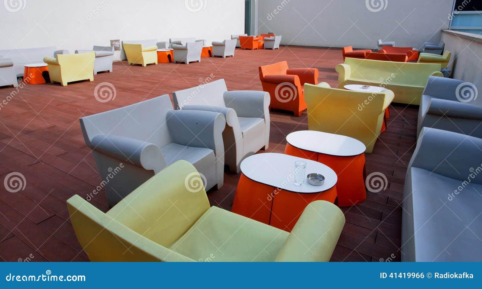 365b37b7c412 Sitio De Diseño Interior Con Las Sillas, Los Sofás Y Las Tablas Foto ...