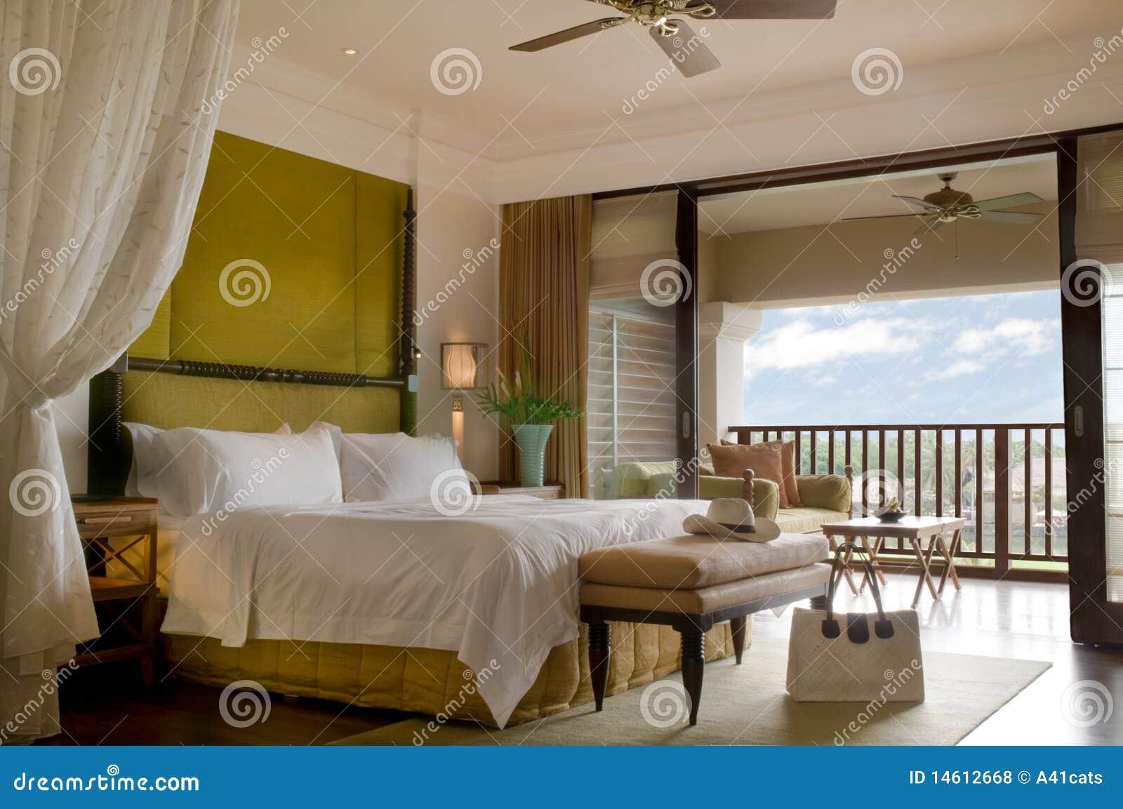 Sitio de la cama de la habitación con el balcón