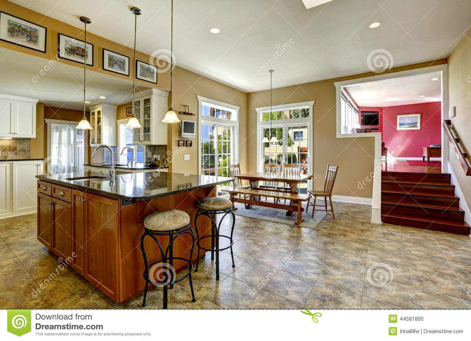 Sitio de la cocina con la isla y la mesa de comedor de - Comedor en la cocina ...