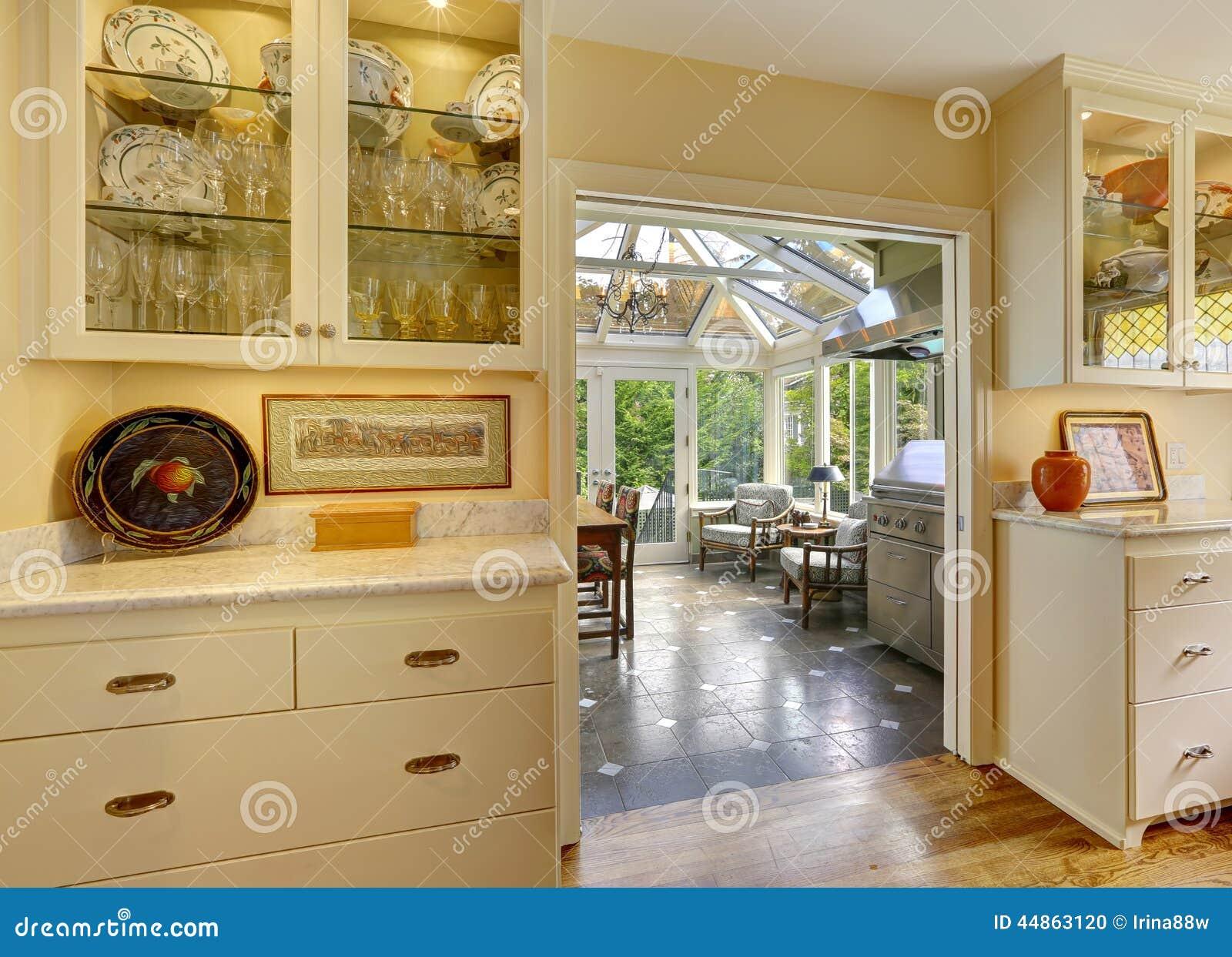 Sitio de la cocina con la salida al área del patio en sunroom