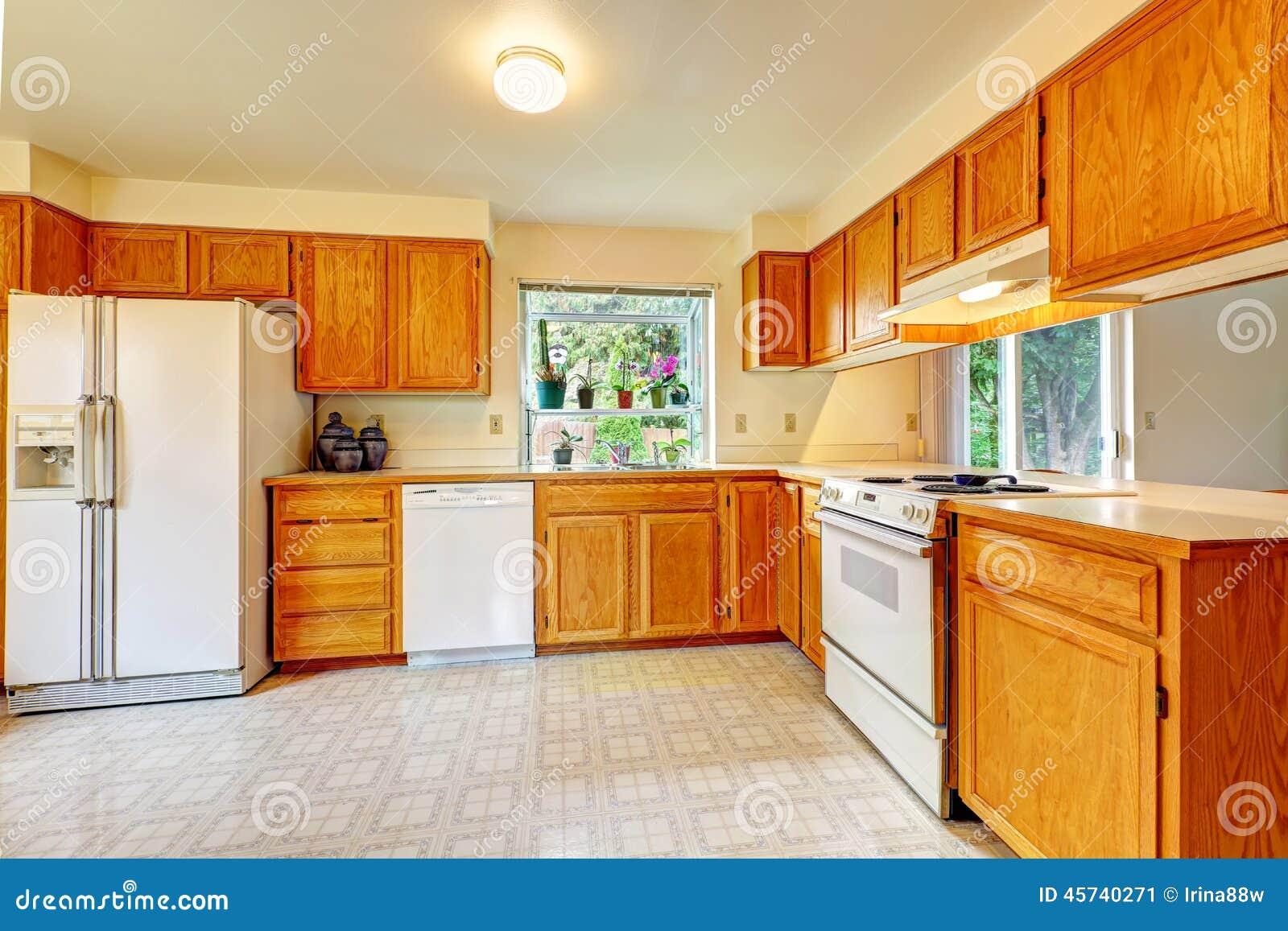 Sitio de la cocina con los gabinetes del arce y los for Gabinetes de cocina blancos