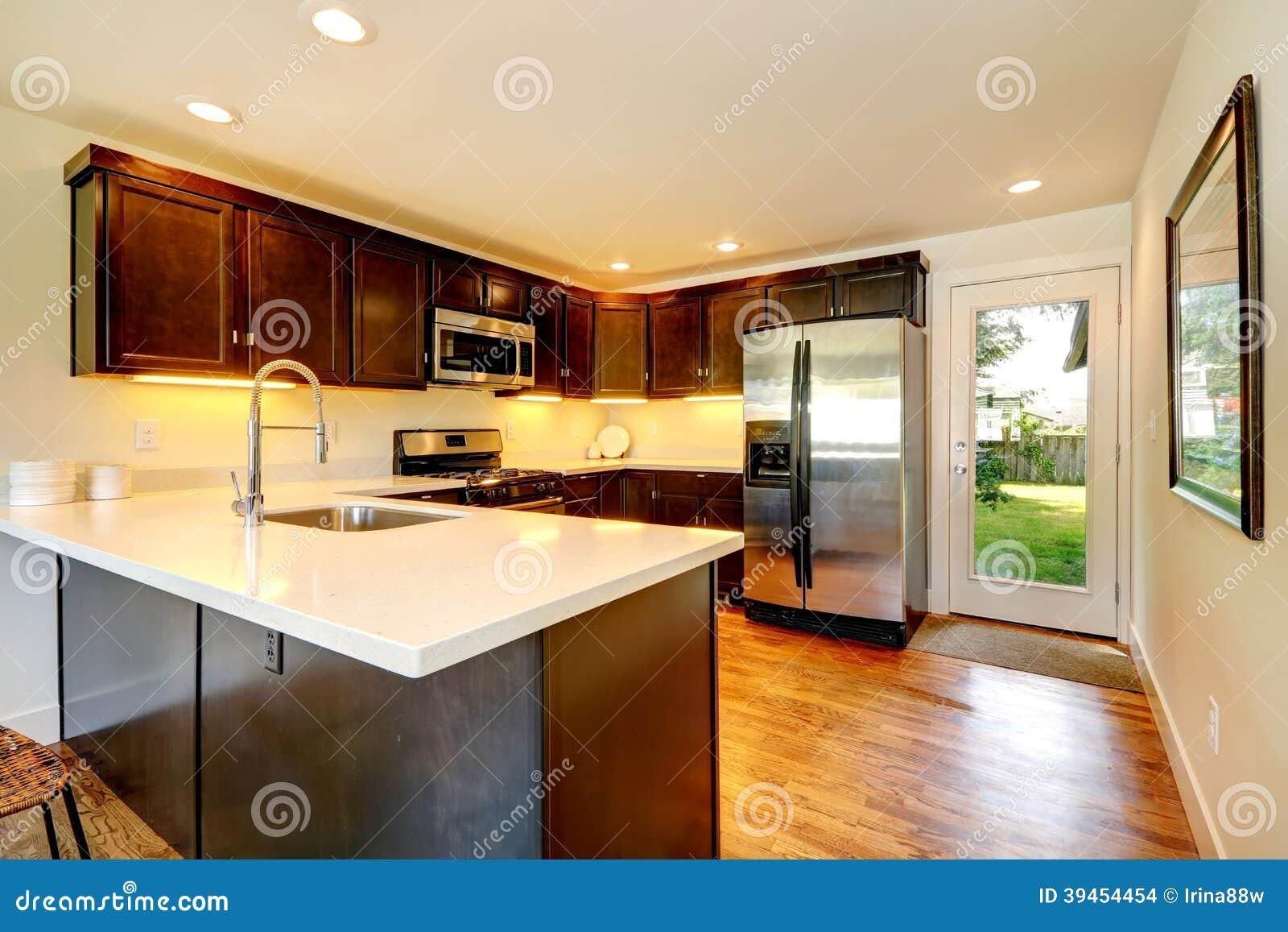 Sitio de la cocina del color del chocolate con la puerta for Puertas para patio interior