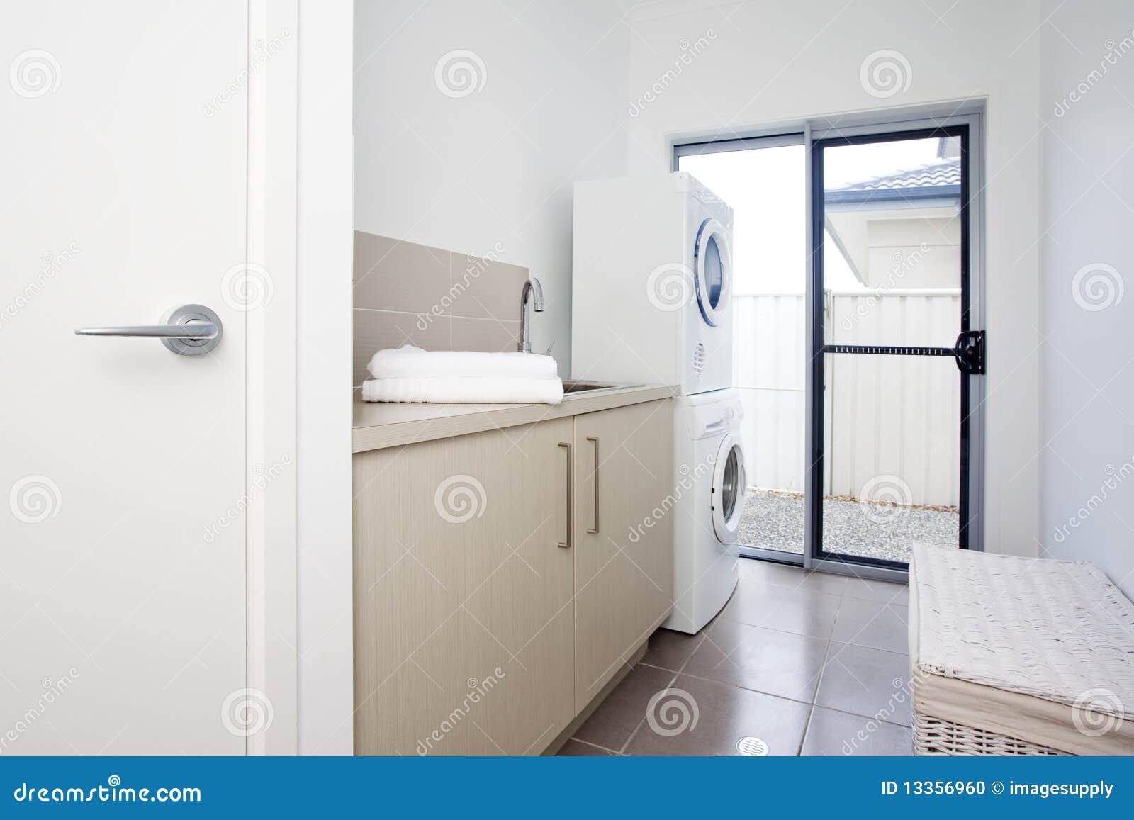 Sitio de lavadero en casa urbana moderna foto de archivo for Casa con lavadero