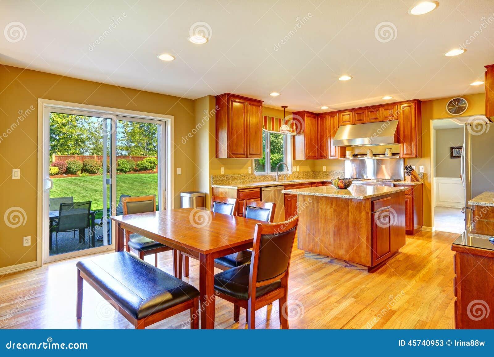 Sitio de lujo de la cocina con comedor foto de archivo for Cocinas con salida al patio