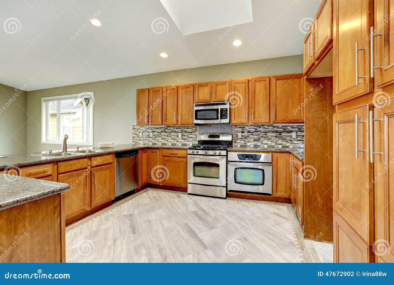Sitio de lujo de la cocina con los gabinetes marrones - Cocinas marrones ...