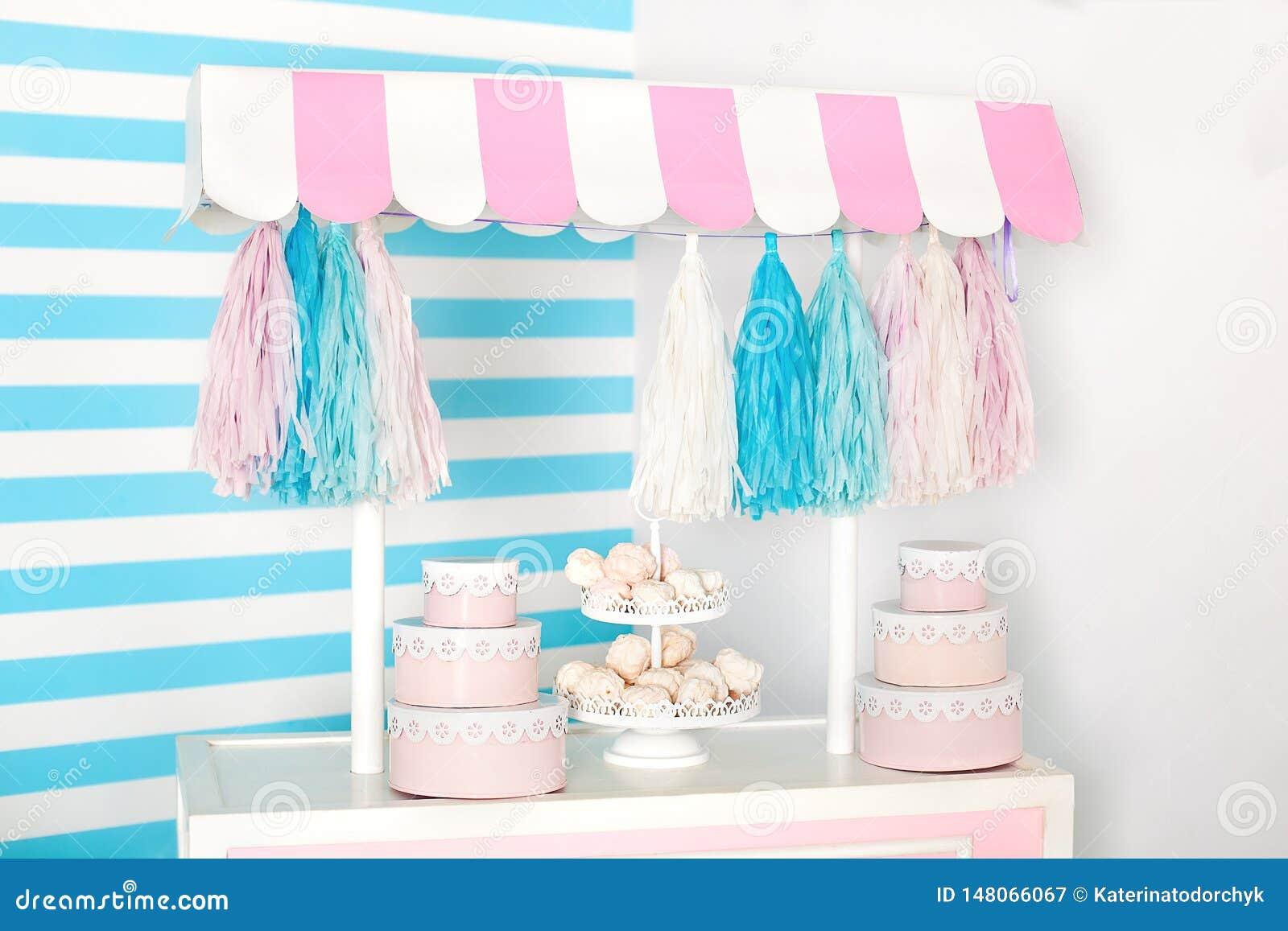 Sitio de ni?os con el fondo de la raya azul zona de la foto de la parada del caramelo con los macarrones, los dulces y las melcoc