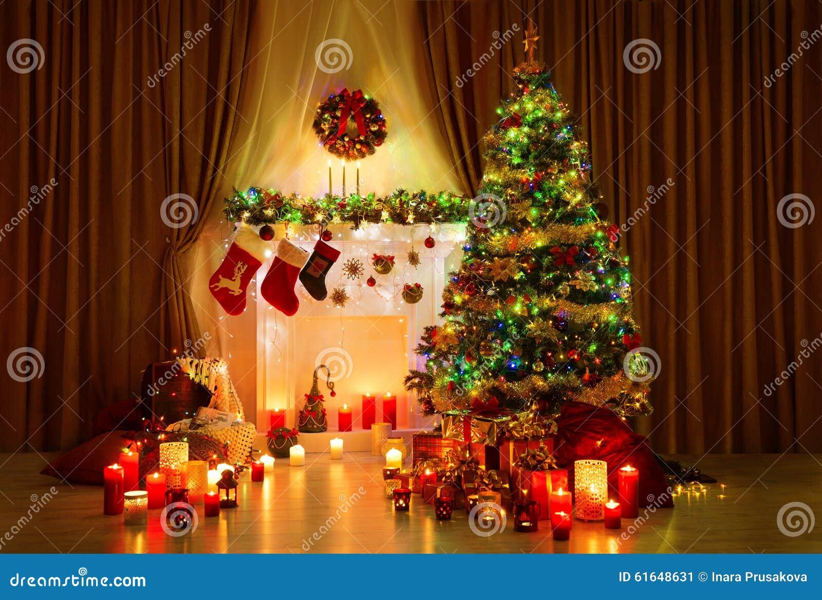 Sitio del árbol de navidad, interior de la noche del hogar de Navidad, chimenea Lighs