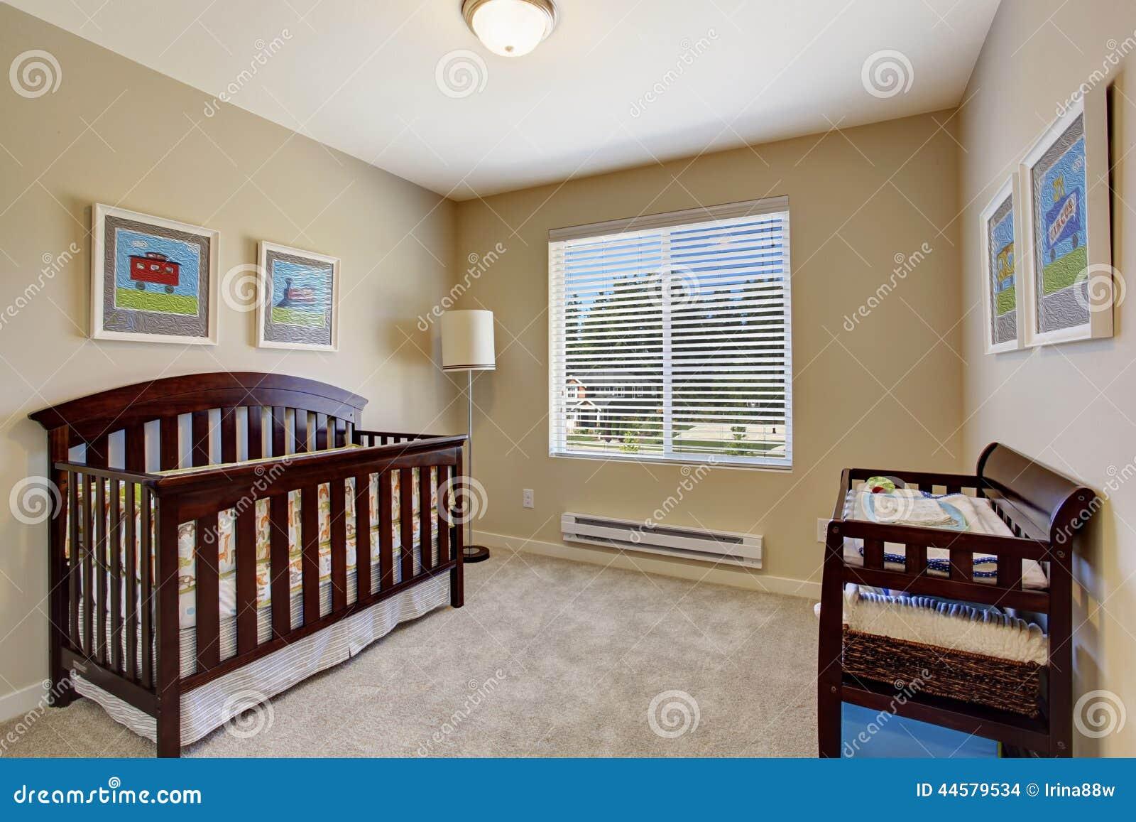 Sitio del cuarto de ni os en color beige suave con la - Colores para pintar la habitacion ...