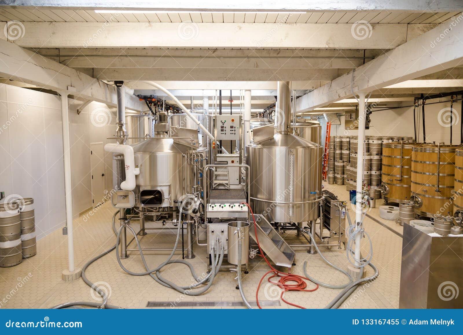 Sitio del equipo en un microbrewery usado en la producción de la cerveza