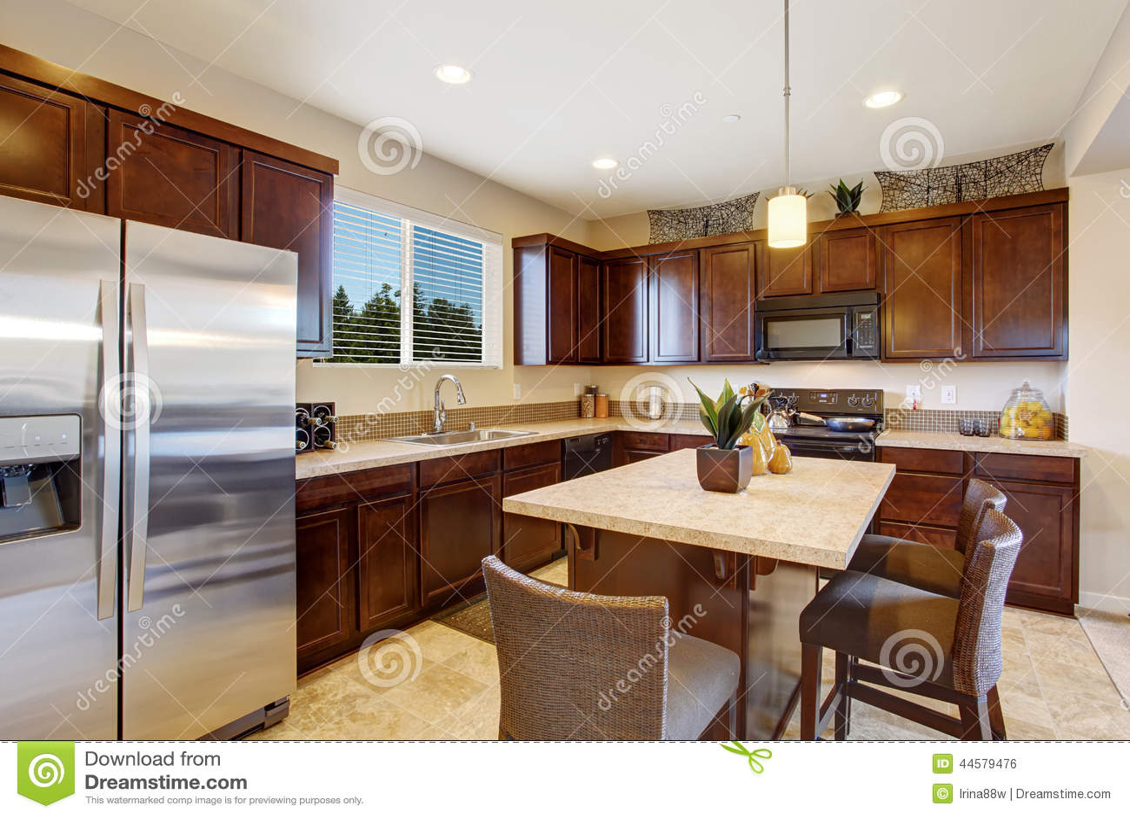 Sitio elegante moderno de la cocina con la isla foto de - Taburetes para la cocina ...
