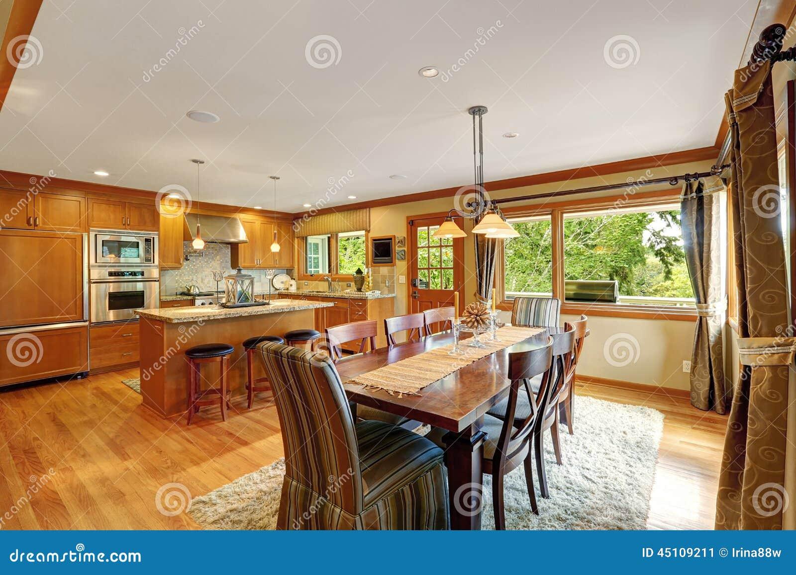 Sitio grande de la cocina con el sistema elegante de la mesa de comedor imagen de archivo - Mesa de comedor grande ...