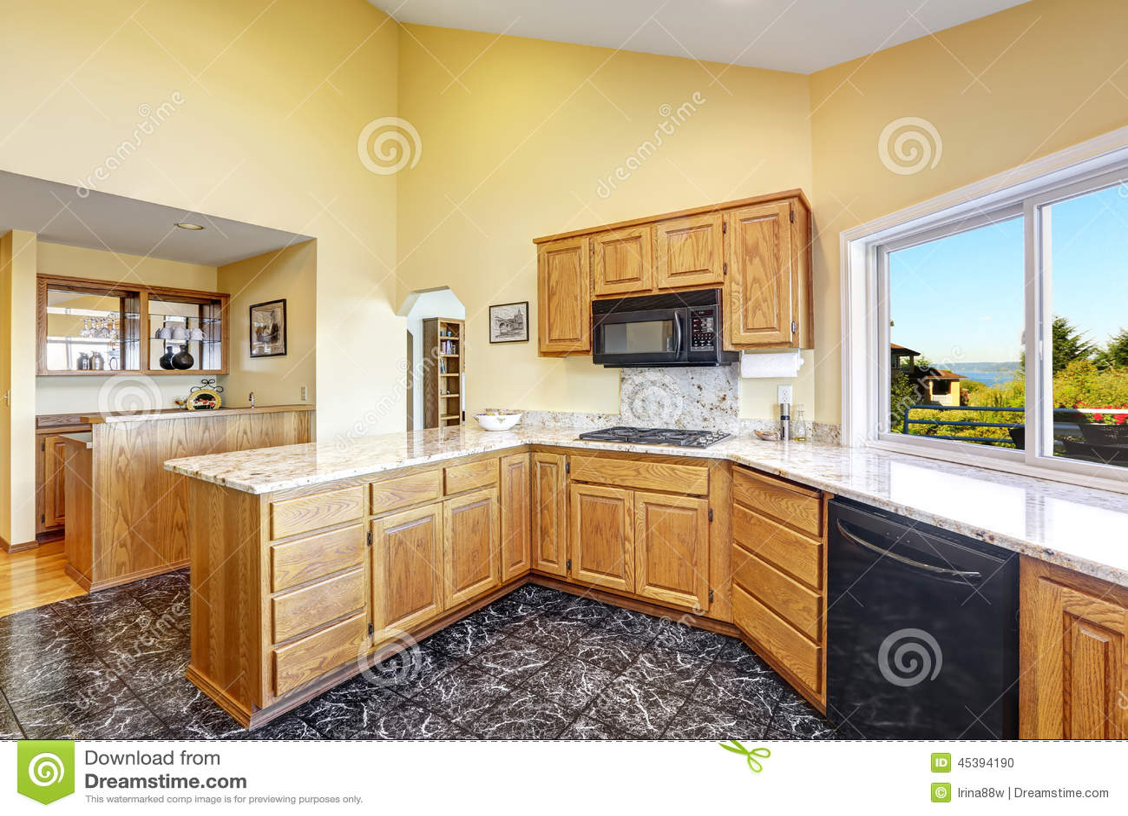 Sitio hermoso de la cocina con los tops y el suelo de baldosas del granito