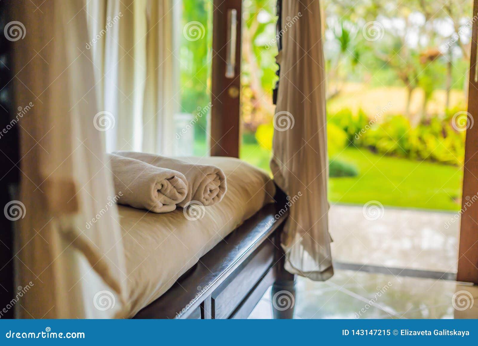 Sitio hermoso en el chalet, toalla en la cama