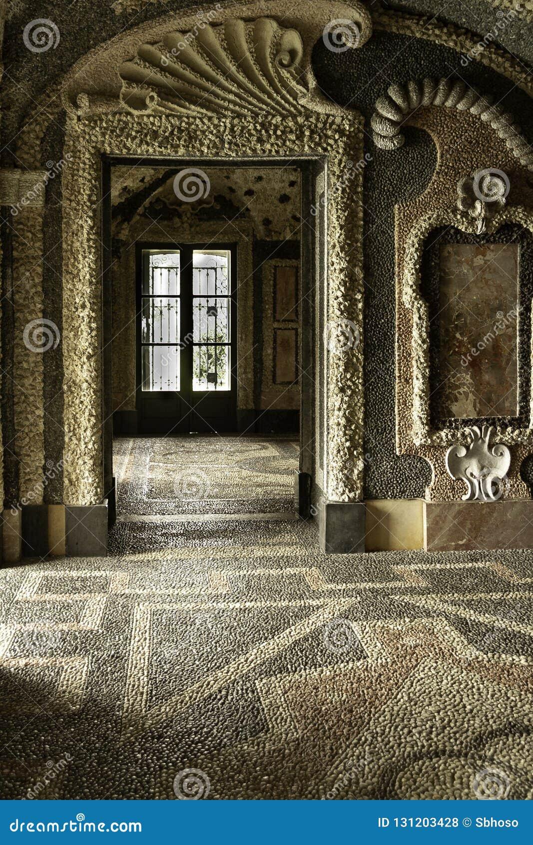 Sitio interior del piso histórico, de las paredes y del techo pebbled blancos y negros con los modelos geométricos del palacio It