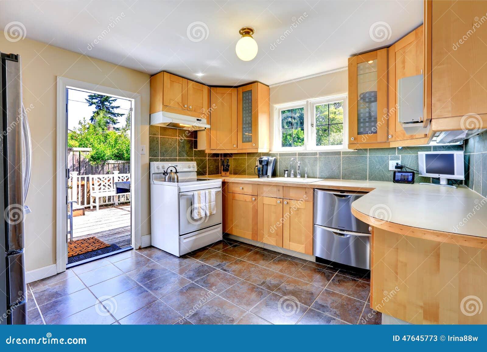 Sitio ligero moderno de la cocina del tono con la salida for Cocinas con salida al patio