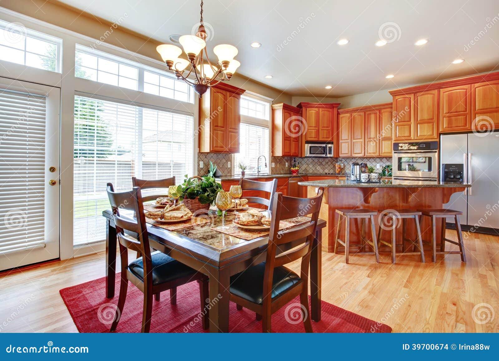 Sitio moderno de la cocina con la isla y el comedor foto de archivo imagen de americano - Cocinas con isla y comedor ...