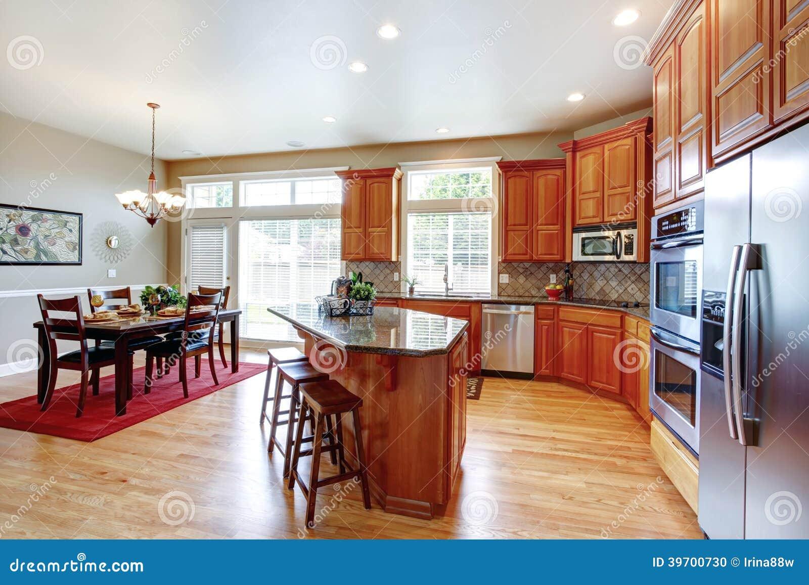 Sitio moderno de la cocina con la isla y el comedor foto for Isla cocina comedor