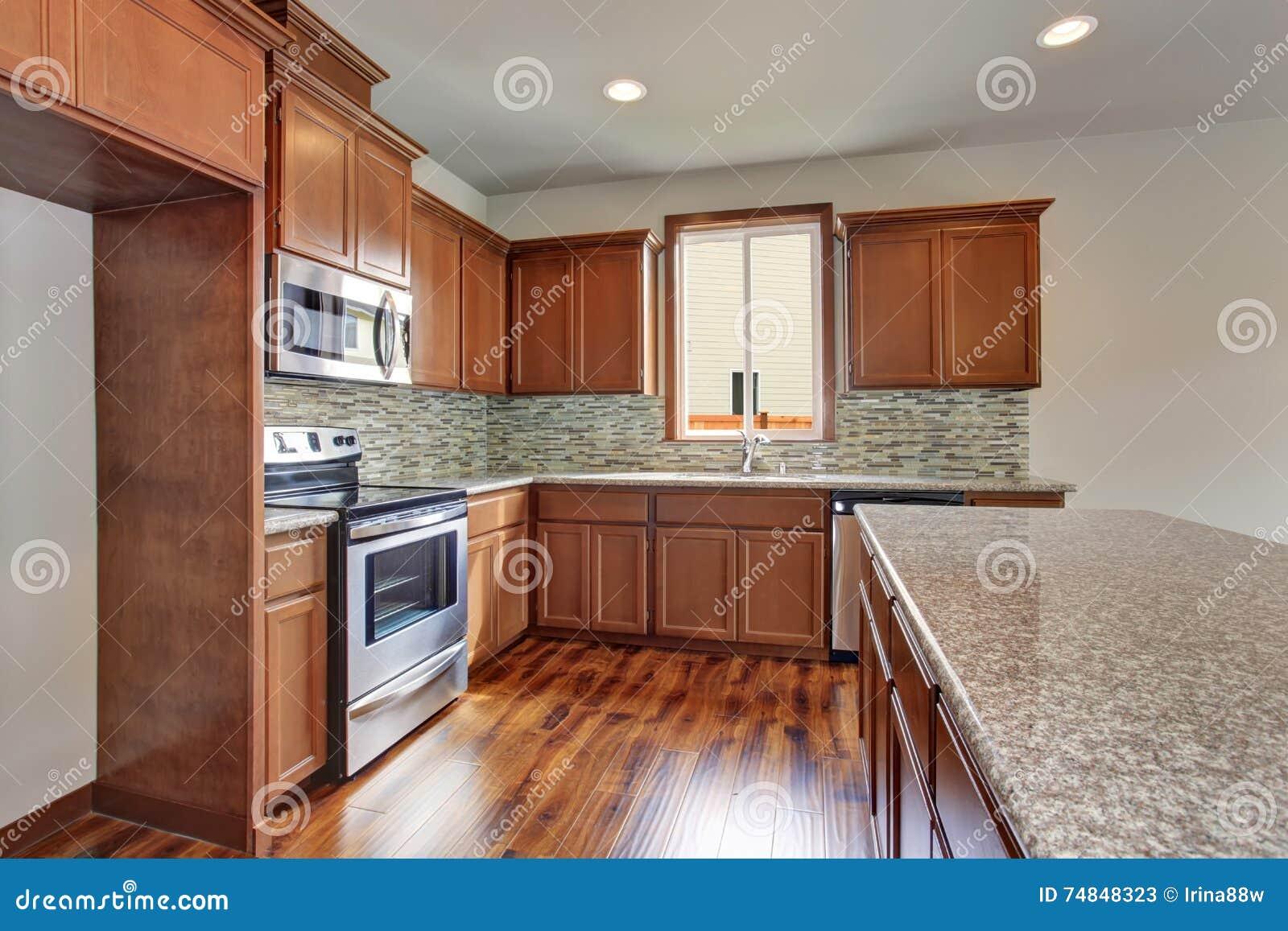 Sitio Moderno De La Cocina Con Los Gabinetes Las Encimeras Del