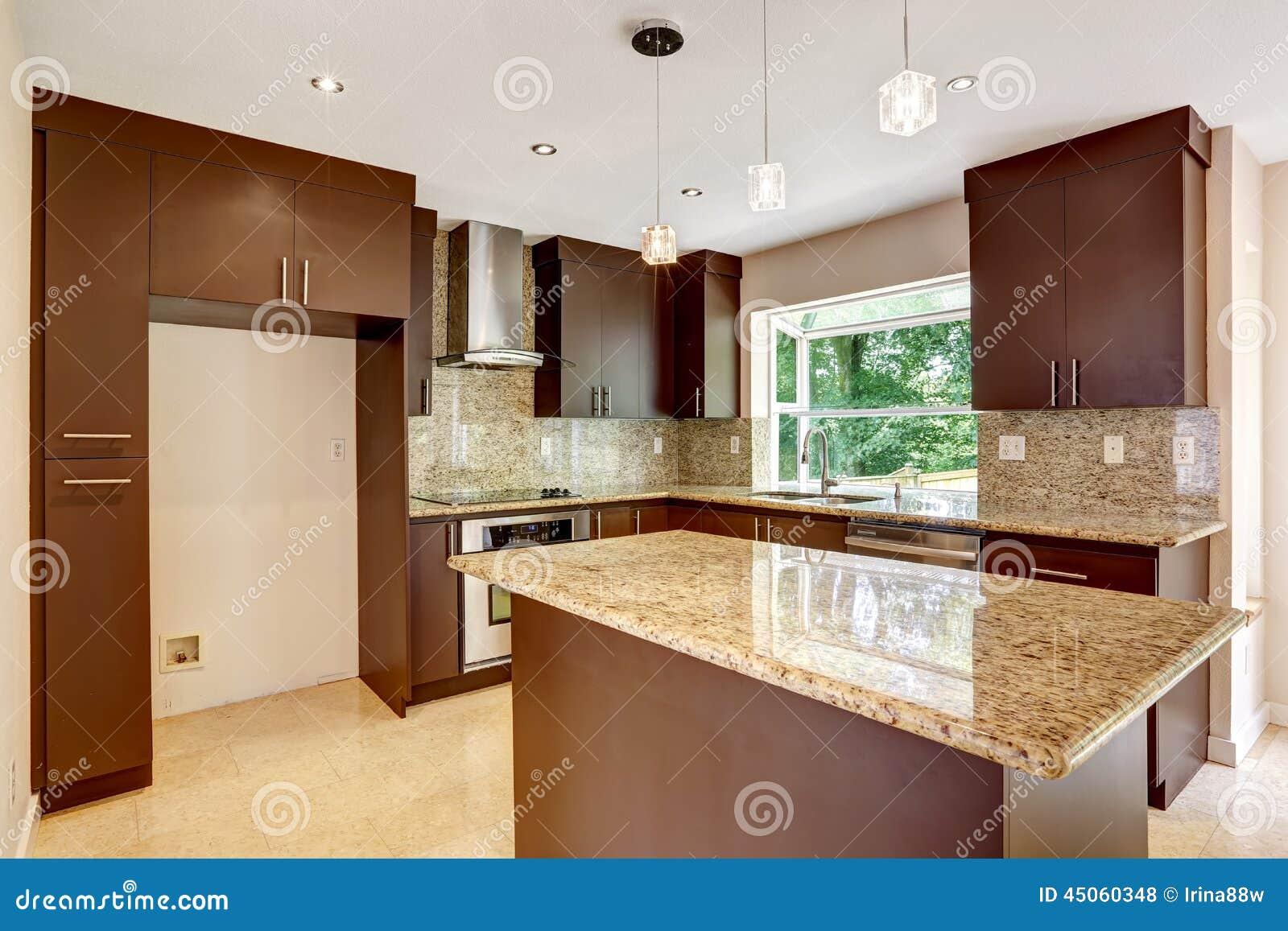 Sitio moderno de la cocina con los gabinetes marrones for Gabinetes cocina modernos