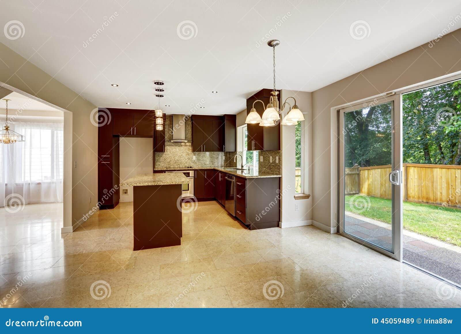 Sitio moderno de la cocina con los gabinetes y la salida - Cocinas con salida al patio ...
