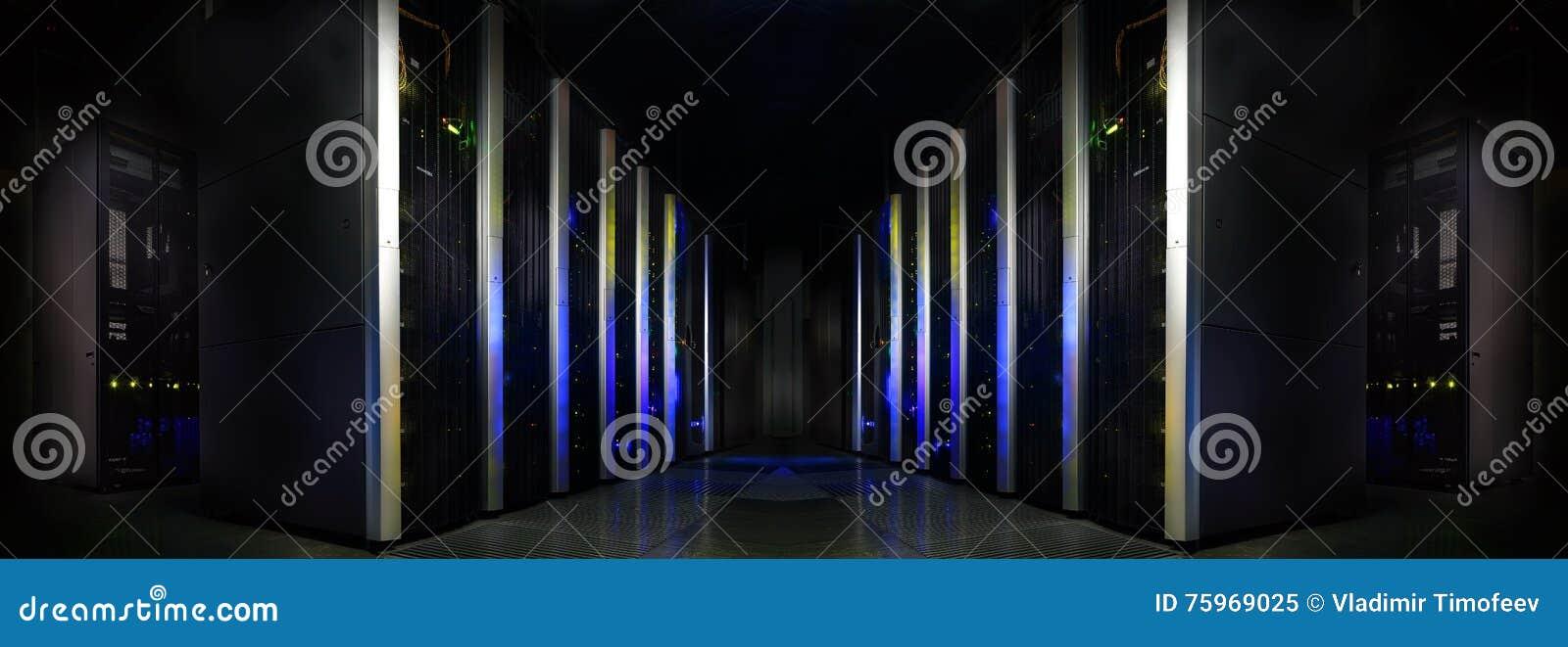 Sitio moderno futurista simétrico del servidor en el centro de datos con