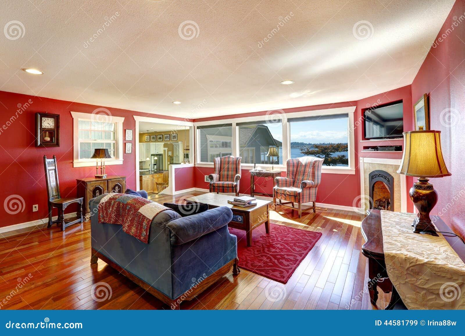 Sitio rojo del contraste brillante con muebles antiguos y el suelo de