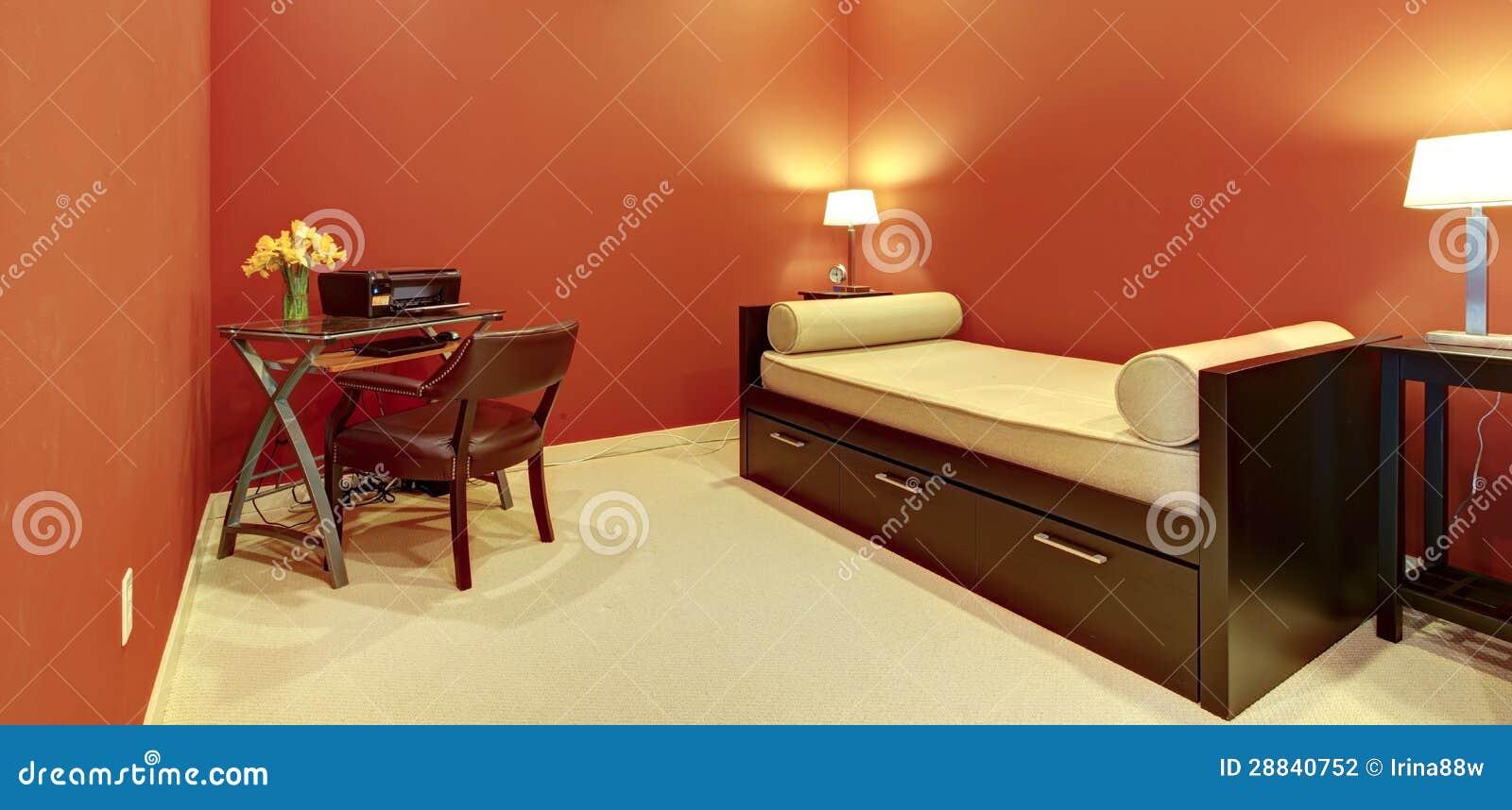 Sitio rojo con el escritorio del sof cama y de oficina for Cama oficina