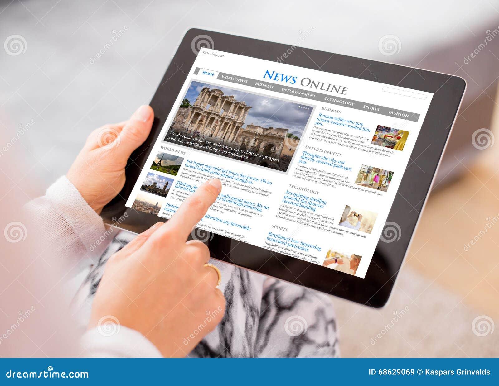 Sitio web de las noticias de la muestra en la tableta Se compone el contenido