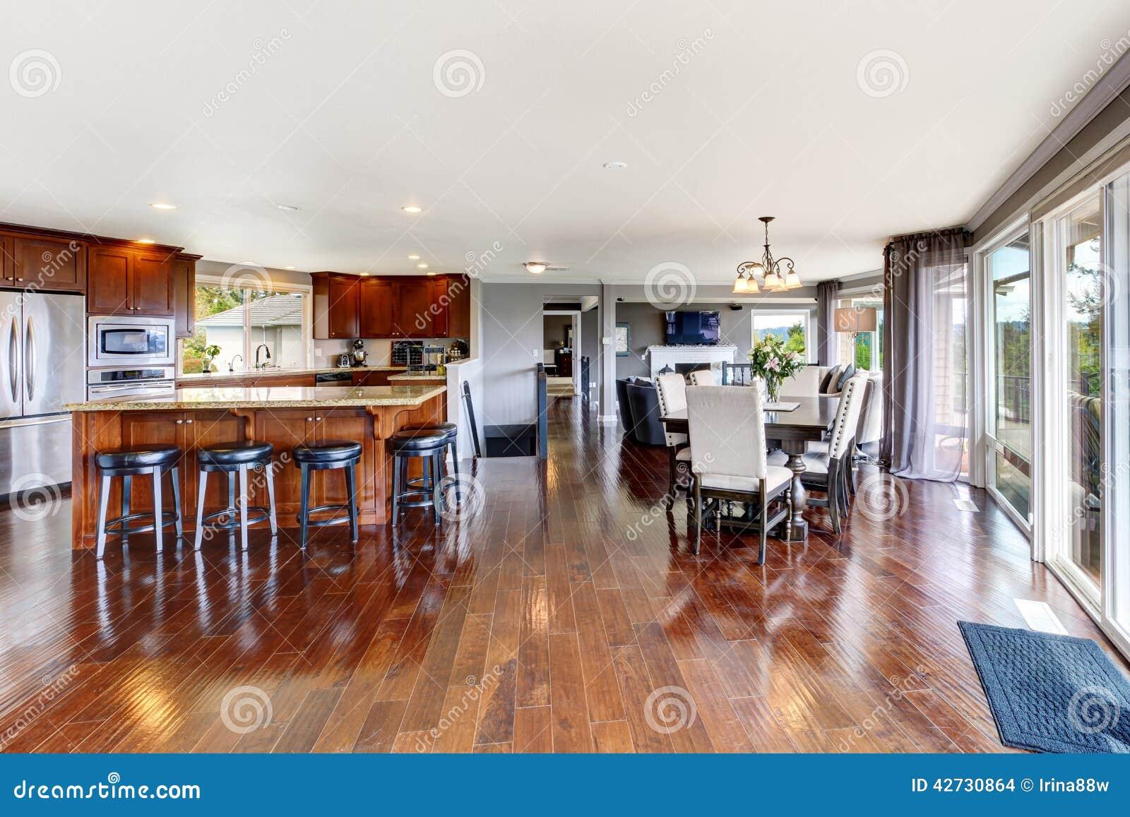 Sitio y comedor de lujo espaciosos de la cocina foto de - Comedor en la cocina ...