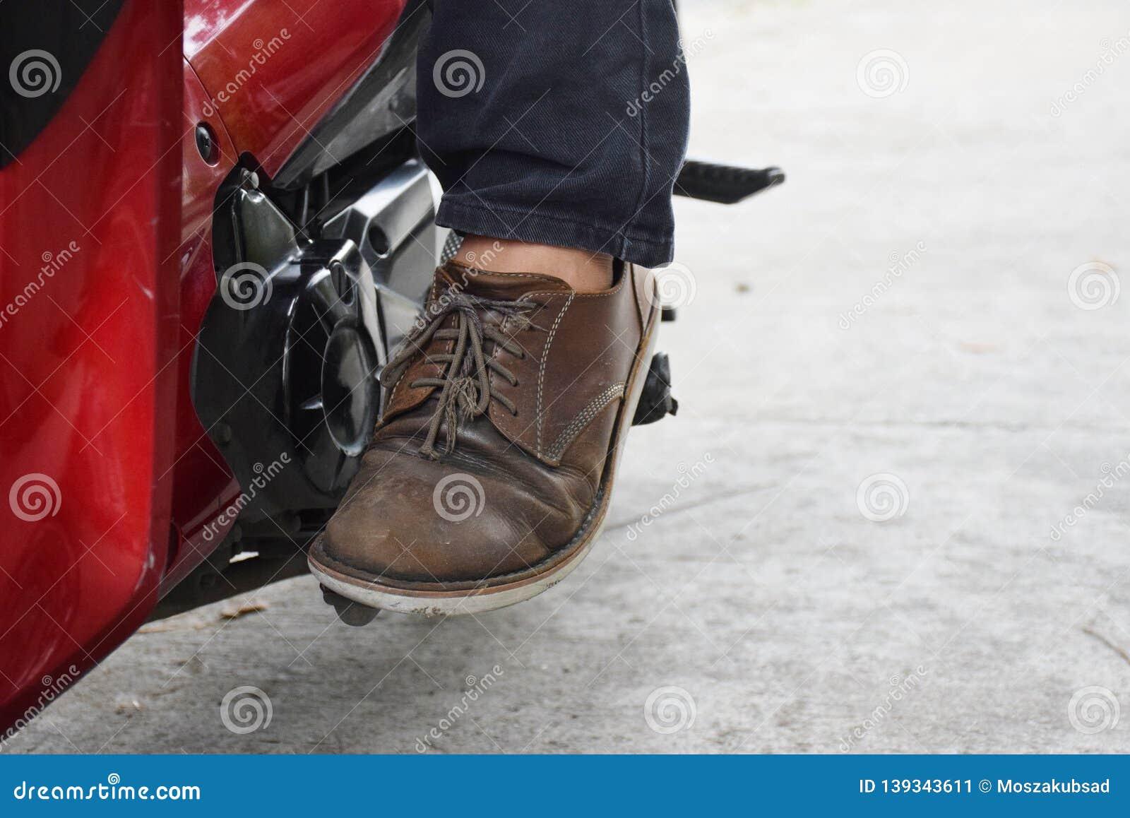 Sitt p? din motorcykel och starta motorn med fotstartst?ngen eller sparkstartknappen