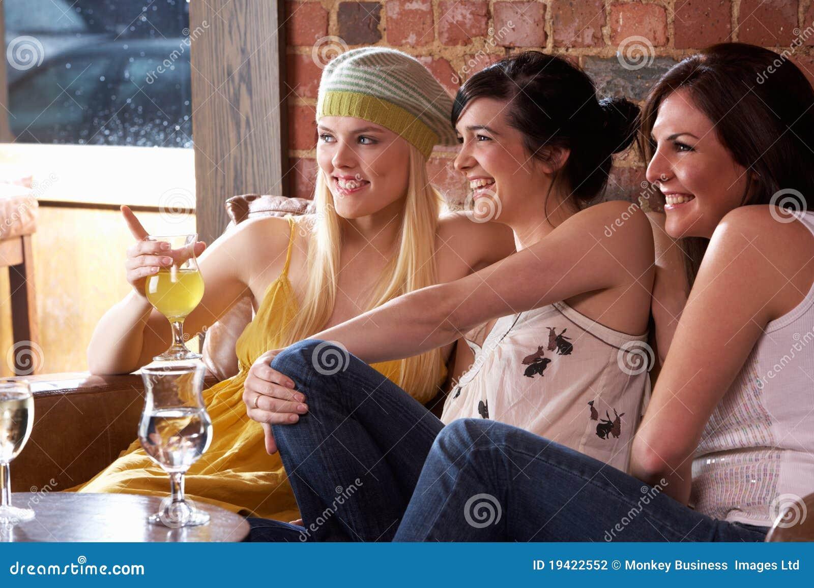 Sitta tala tillsammans unga kvinnor