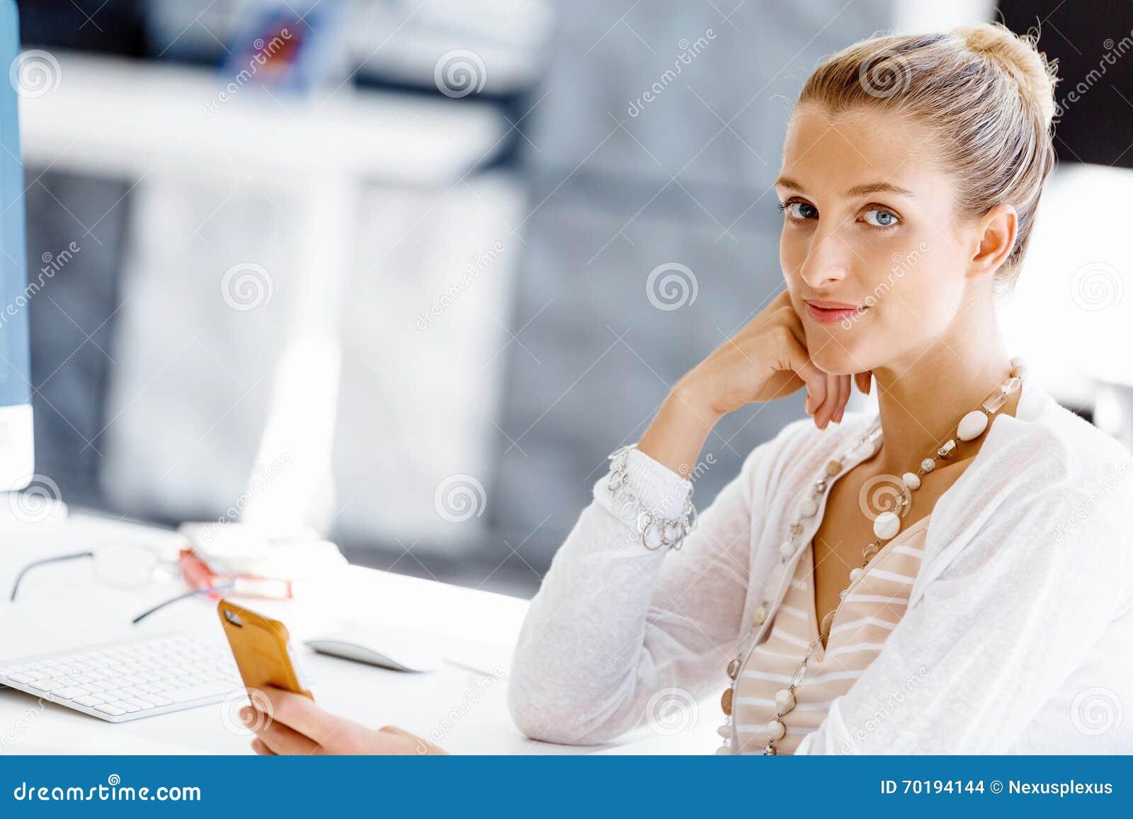 Sittande arbetare för attraktivt skrivbordkontor