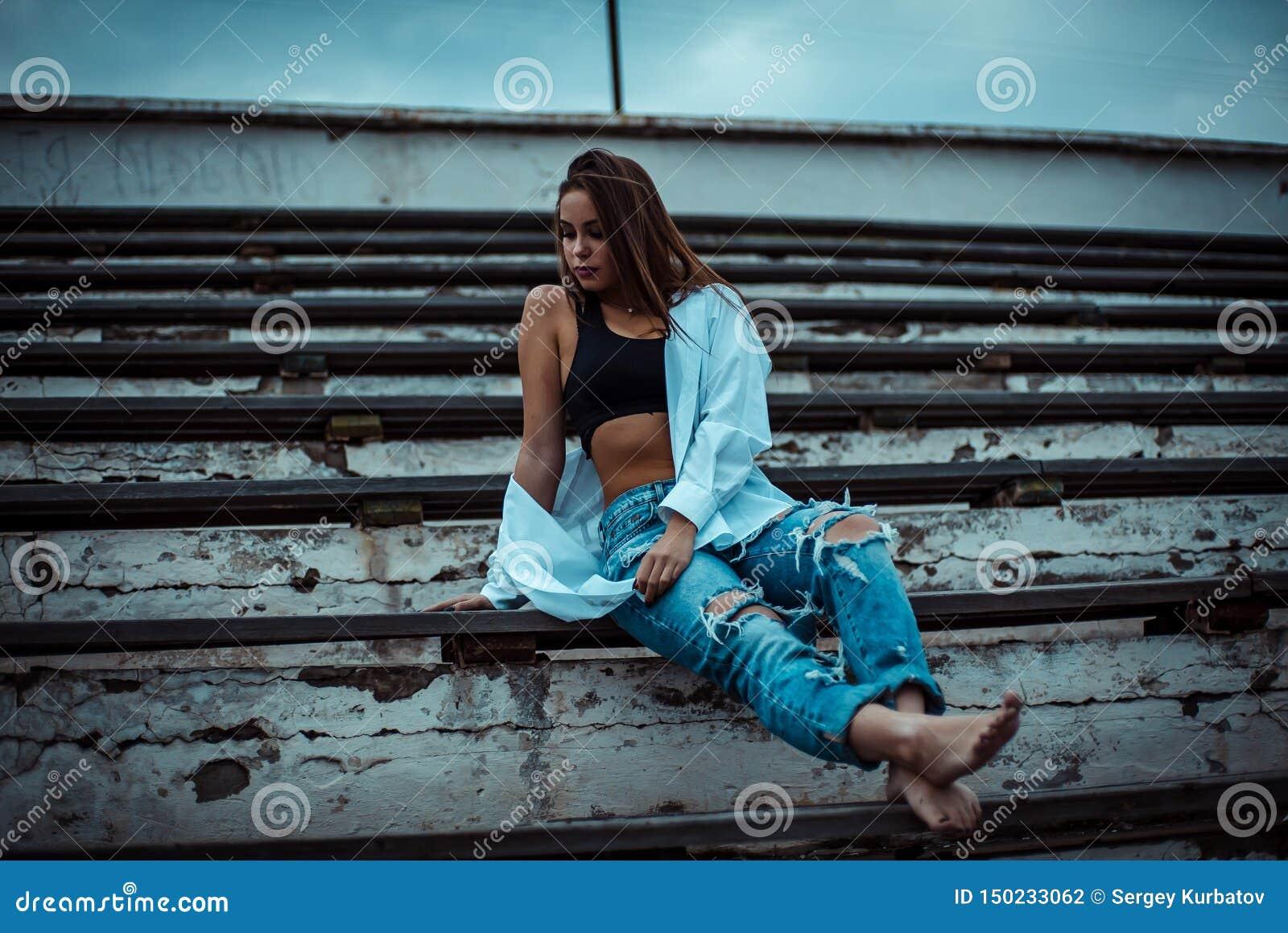 Sittande dr?mma f?r kvinna och koppla av Solnedg?ng Sommar utomhus-