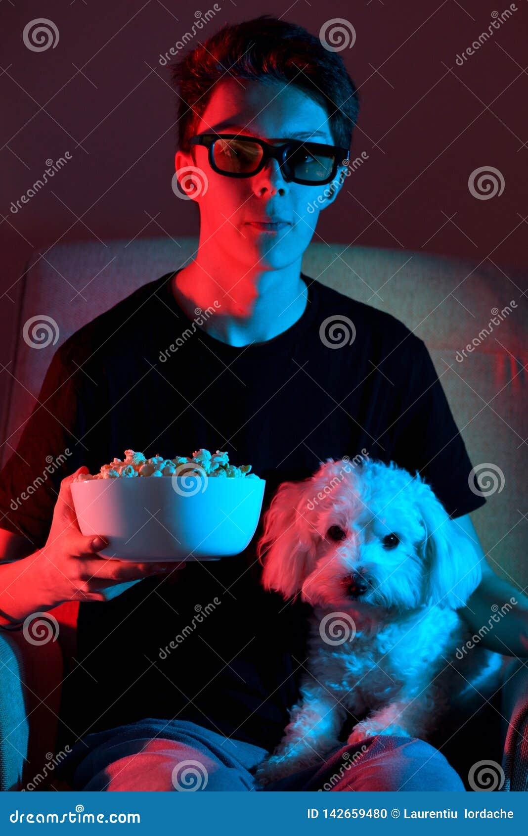 Sittande och hållande ögonen på film för pojke