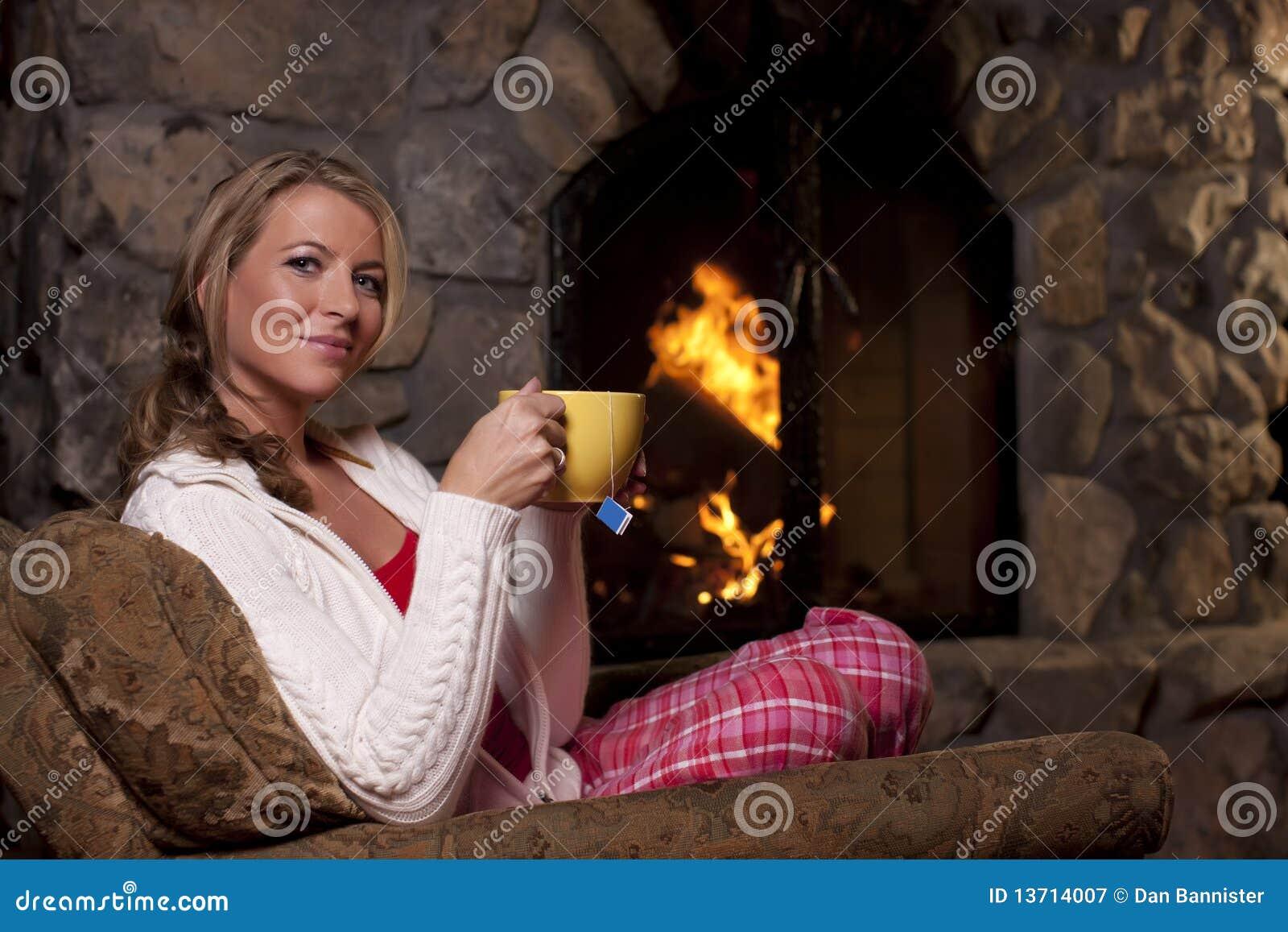 Sittande teakvinna för spis