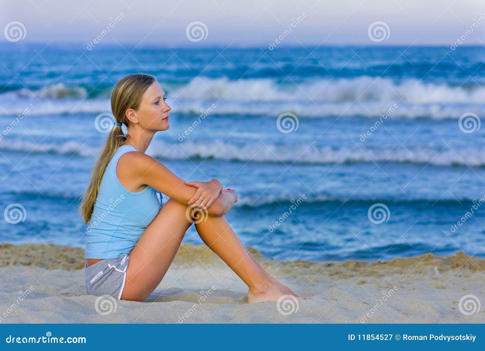 Sittande white för strandflickasand
