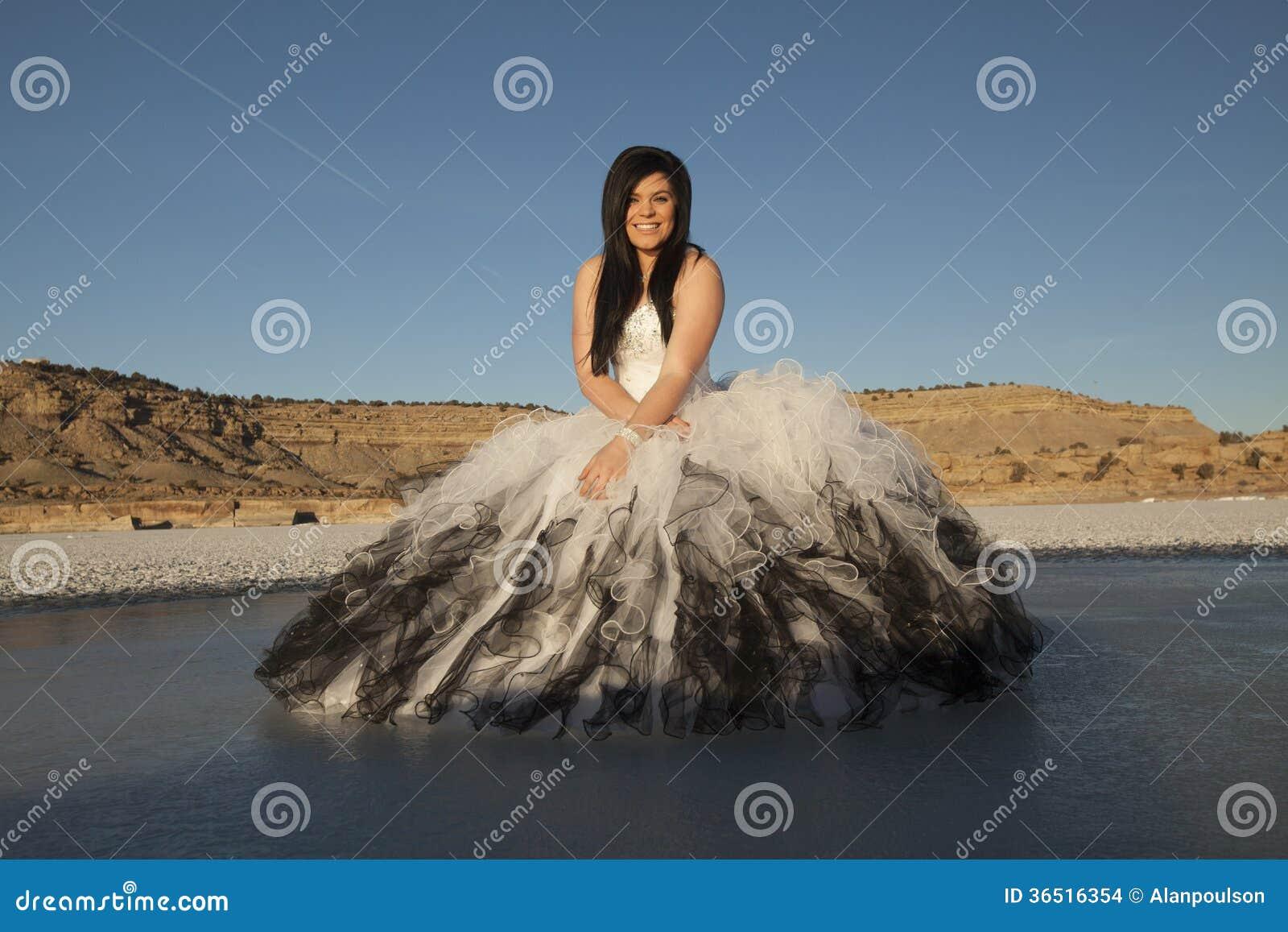 Sitter is för den formella klänningen för kvinnan blå himmel för leendet