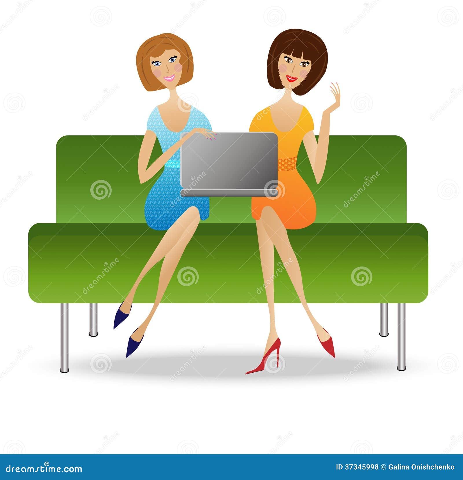 Sitter ung kvinna två med anteckningsboken på soffan