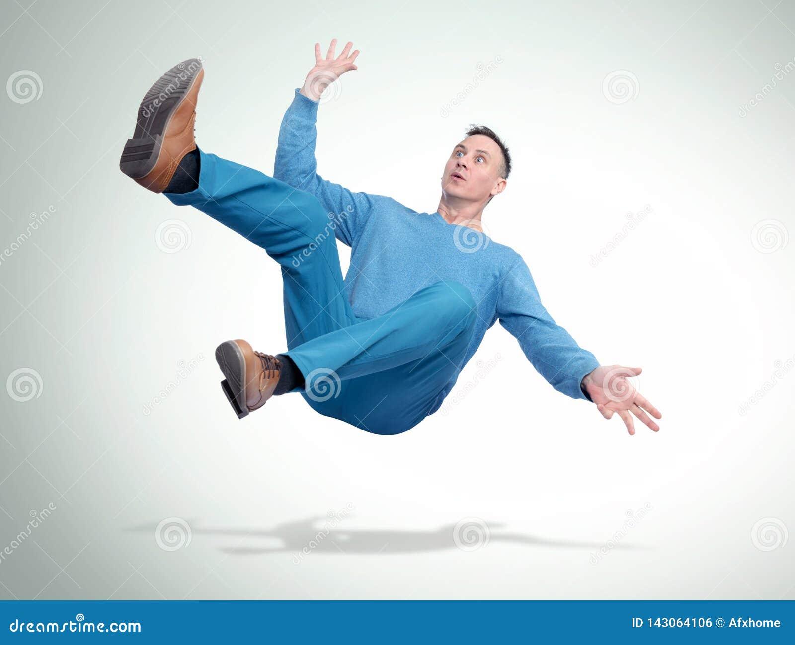 A situação, o homem na roupa ocasional está caindo Conceito de um acidente