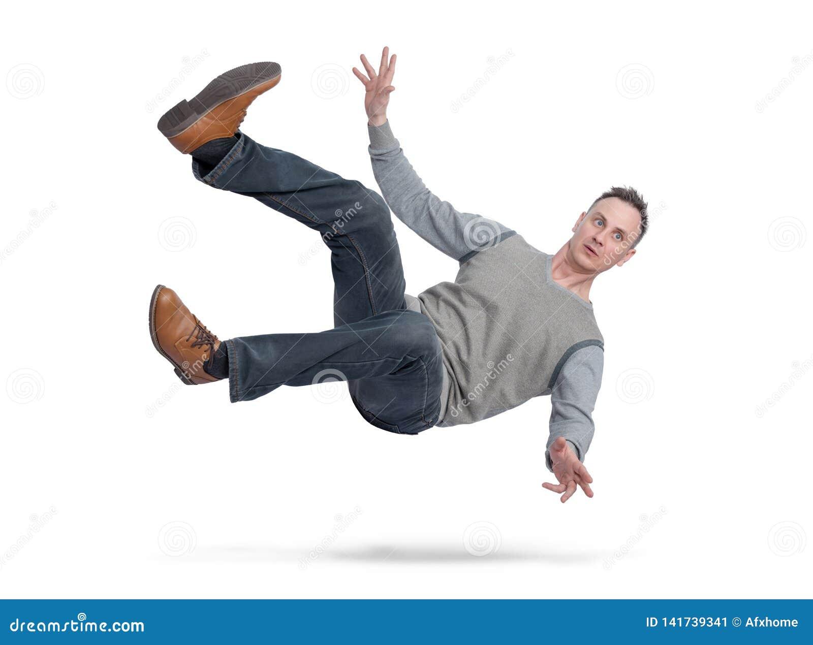 A situação, o homem na roupa ocasional está caindo para baixo Isolado no fundo branco Conceito de um acidente