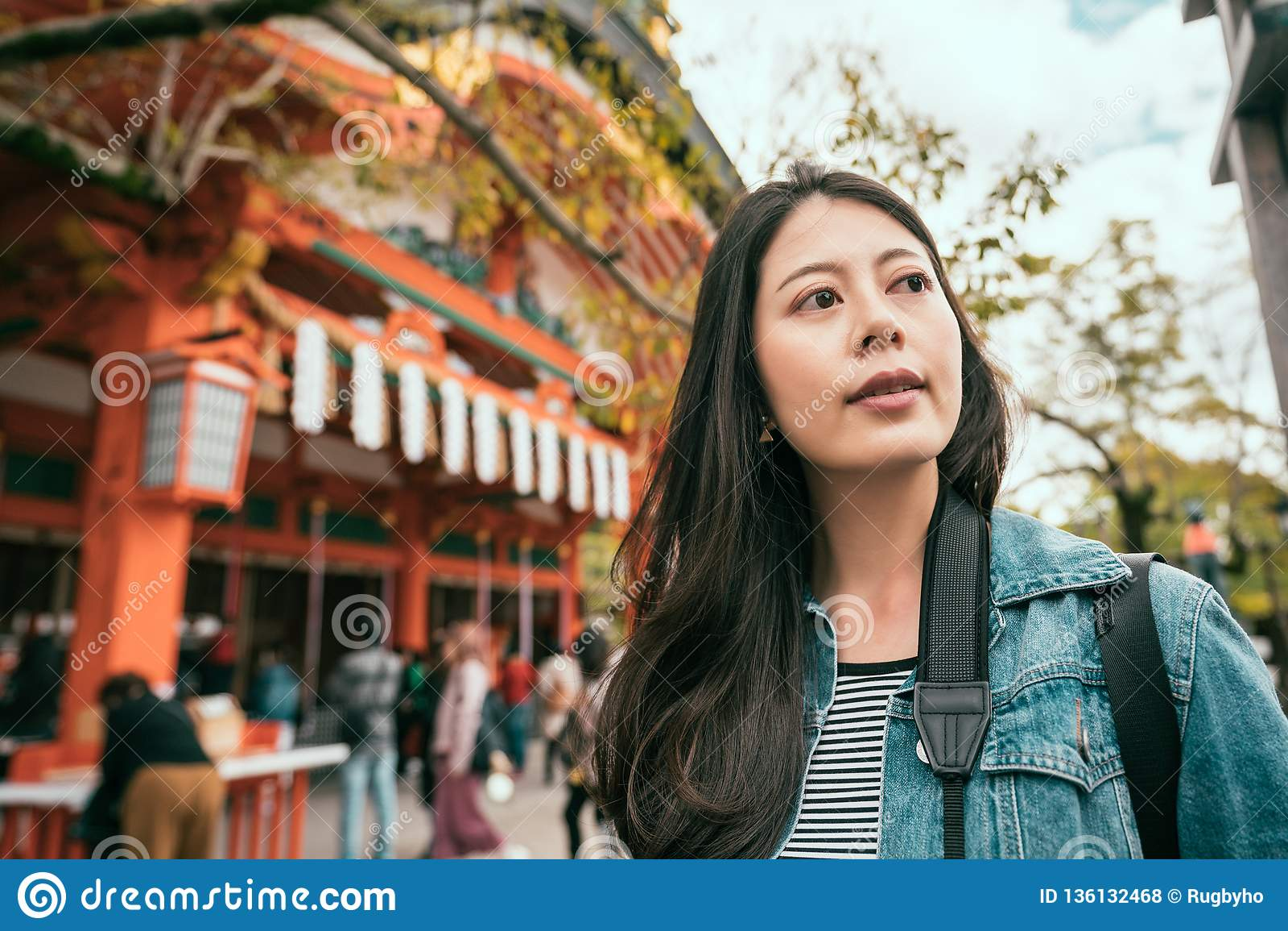 Situación asiática de la mujer cerca del templo famoso