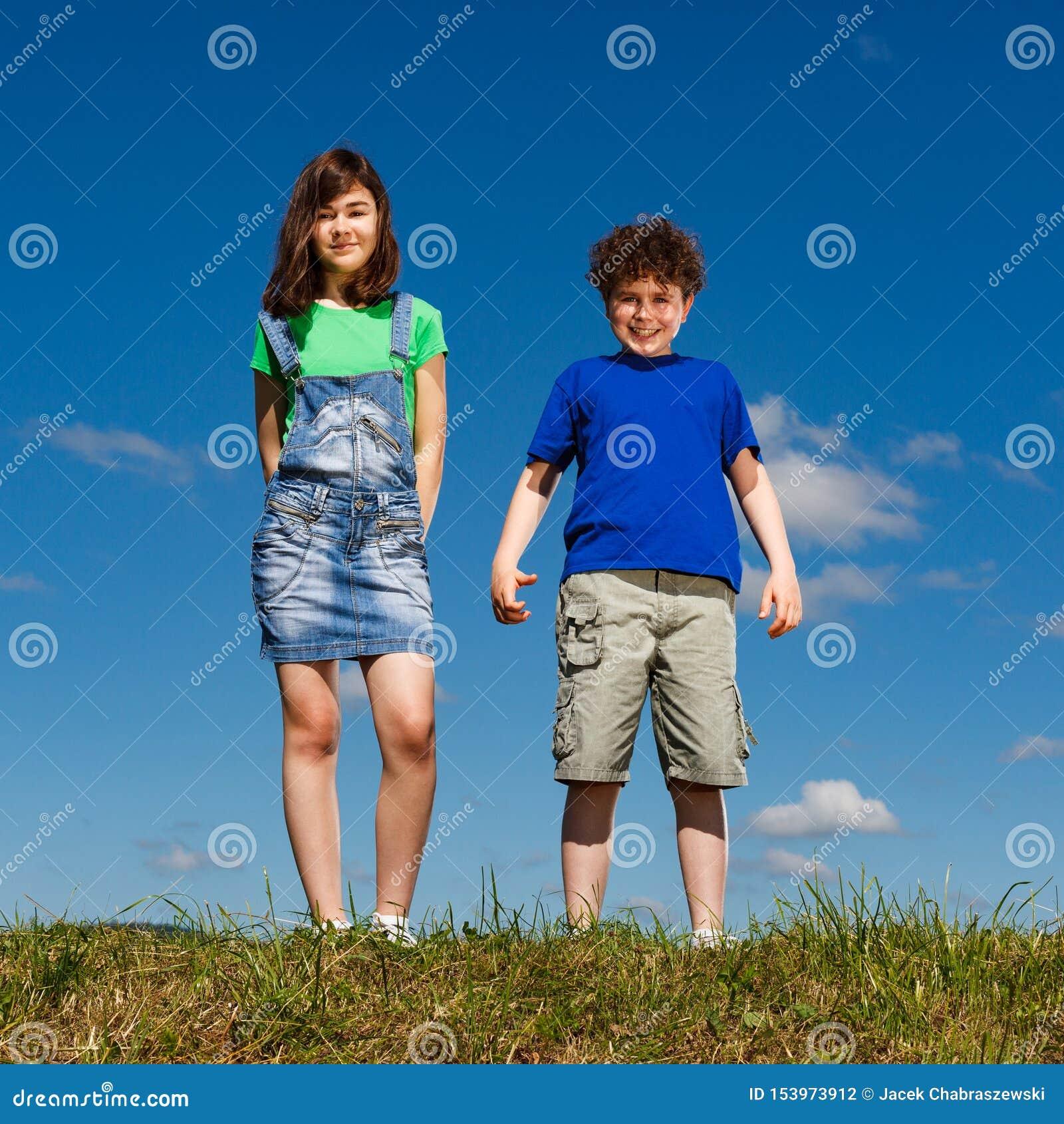 Situación de la muchacha y del muchacho al aire libre