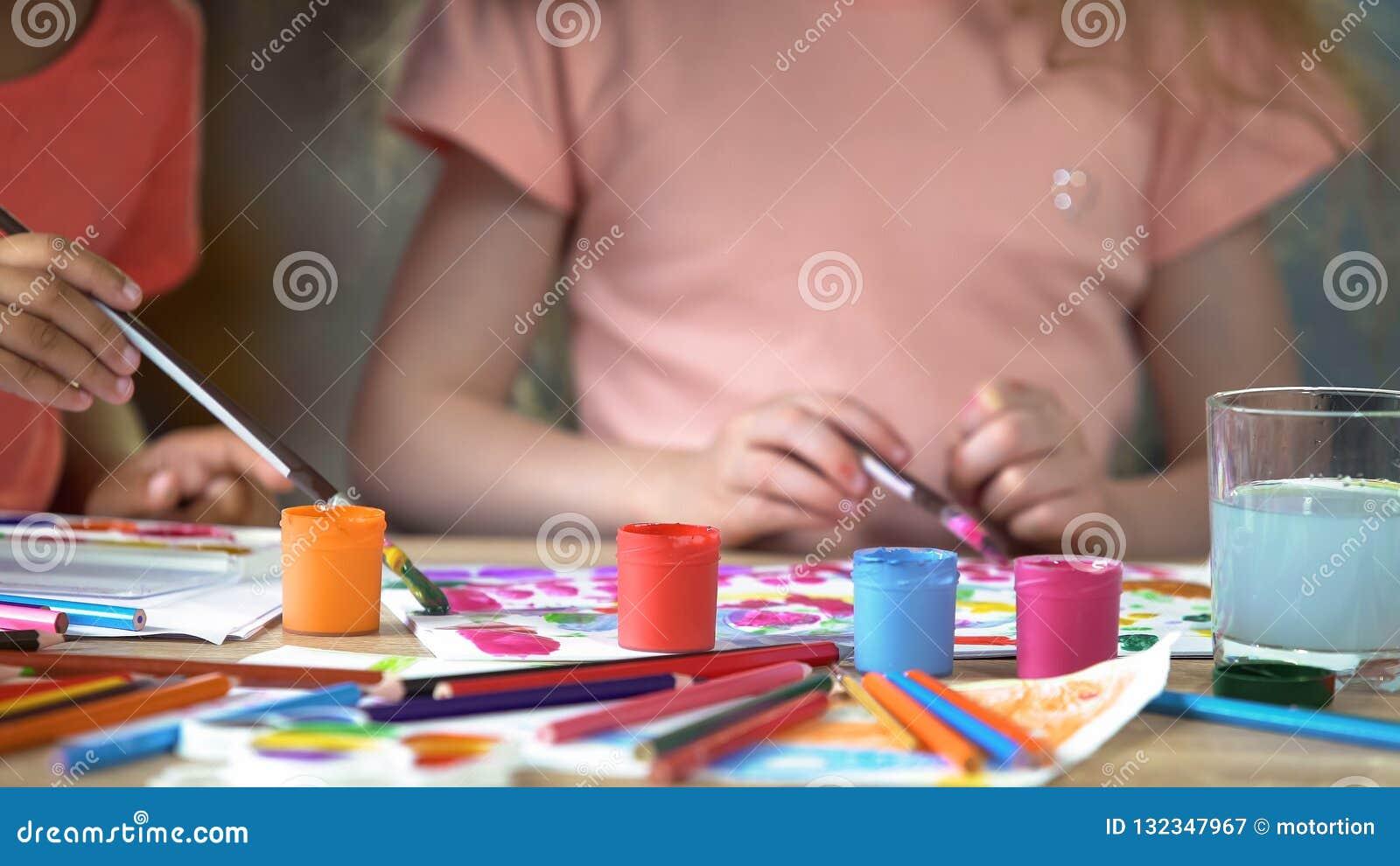 Situación del aguazo en la tabla en la escuela de arte, niños que pintan una imagen en el club del arte