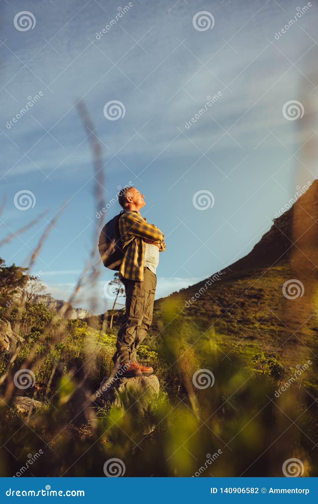 Situación del caminante en una colina que mira las colinas alrededor