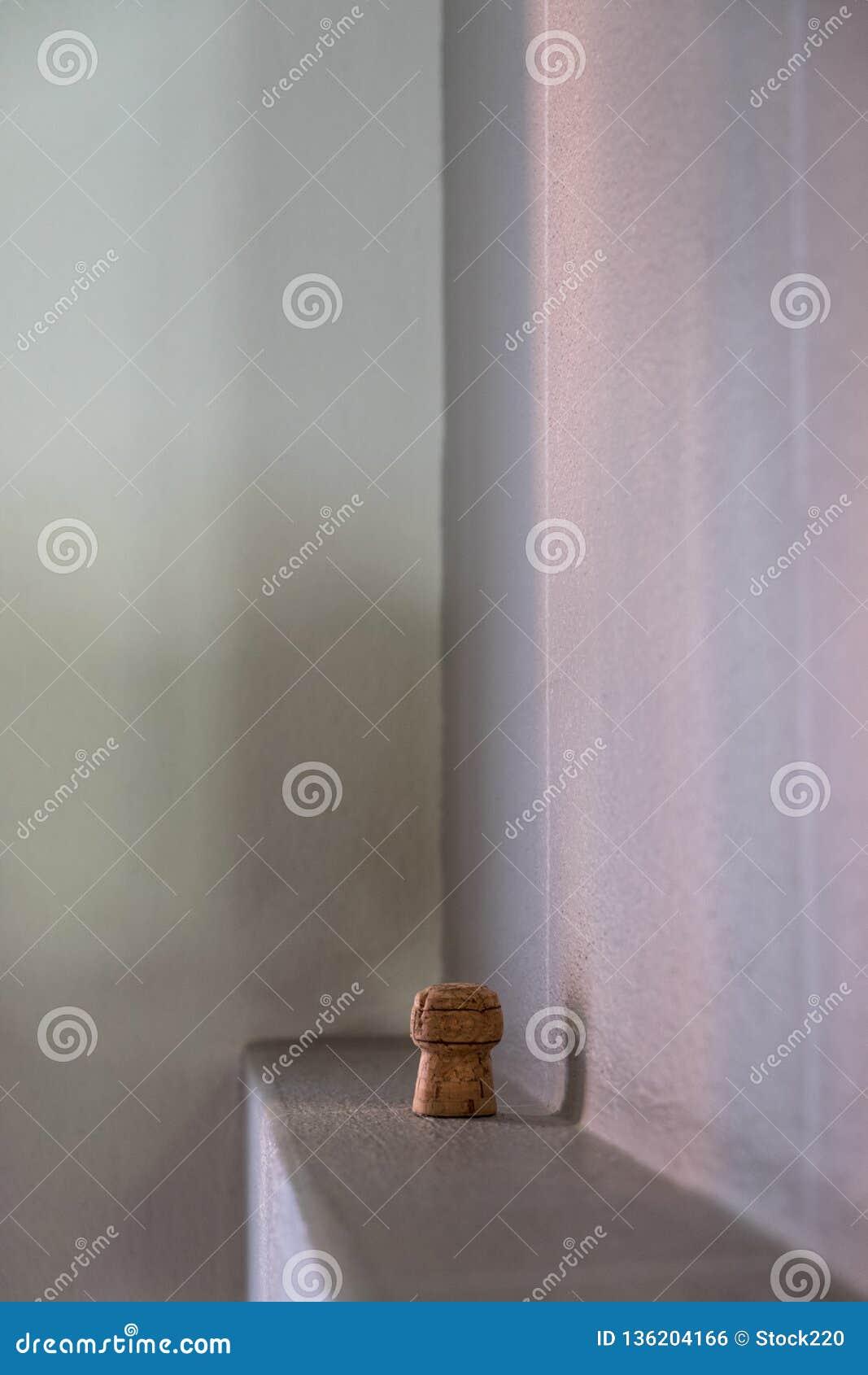 Situación del corcho de Champán en el muro de cemento