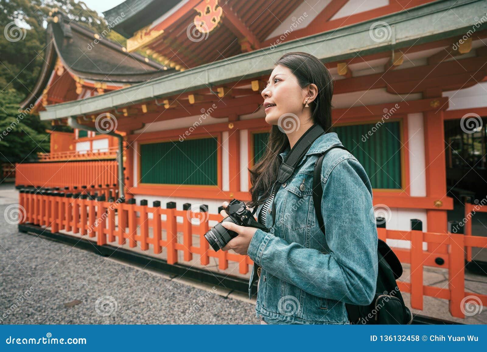 Situación del fotógrafo cerca del templo de madera rojo