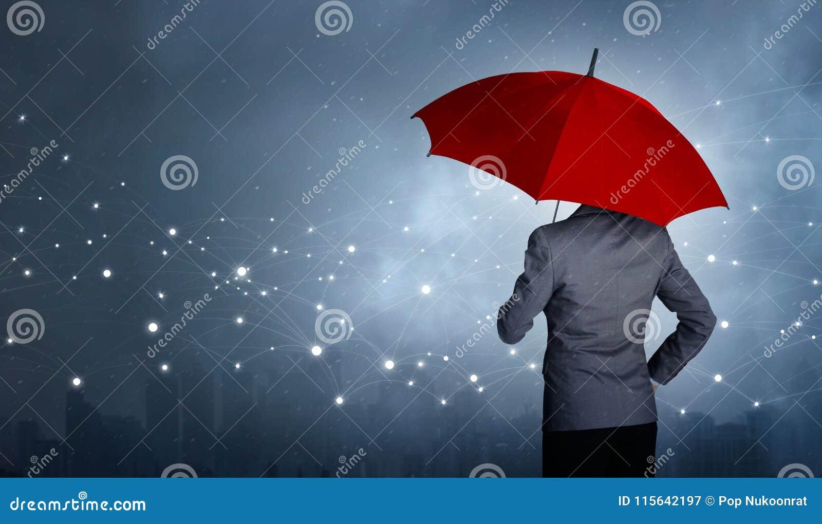 Situación del hombre de negocios mientras que se sostiene y paraguas rojo sobre la conexión del establecimiento de una red